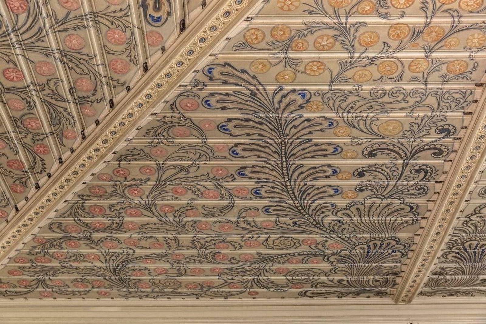 Villaen er bygget på 1800-tallet, og er derfor fredet. Avbildet detaljer i taket som er bevart.