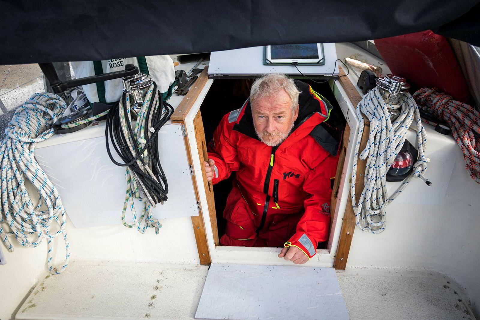 Are Wiig kikker ut av kahytten som blir hans hjem under soloregattaen verden rundt. Båten betalte han rundt 270.000 kroner for.
