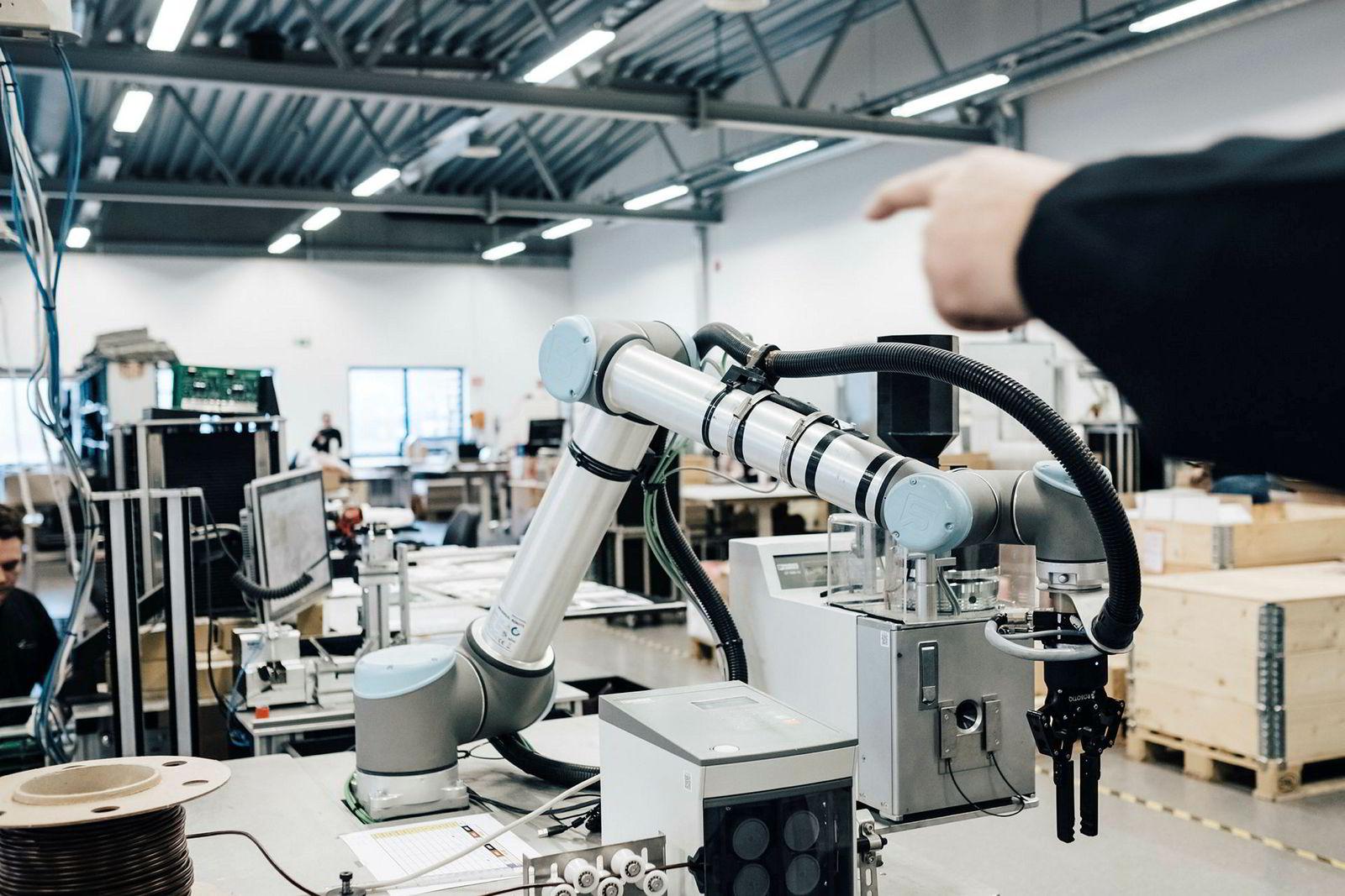 Zaptec er på bedriftsbesøk hos Westcontrol, som produserer ladere for dem. Torfinn Fiskå, produksjonsleder ved Westcontrol, viser frem en robot han overtalte styret til å kjøpe, men innrømmer at han nok må argumentere bedre for den neste roboten han eventuelt kjøper inn.