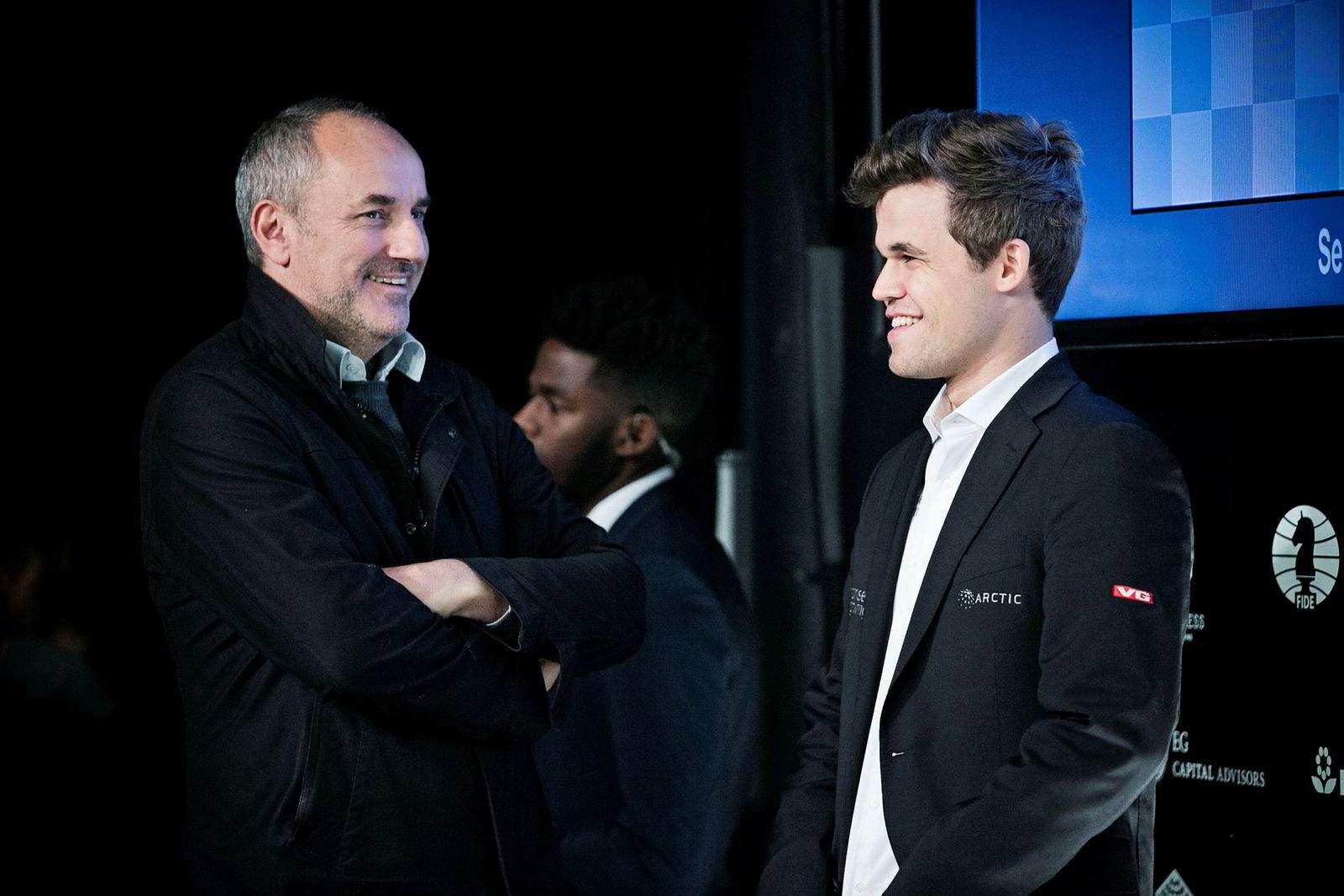 Magnus Carlsen (til høyre) sammen med manager Espen Agdestein etter det niende partiet under Sjakk-VM i New York i 2016.
