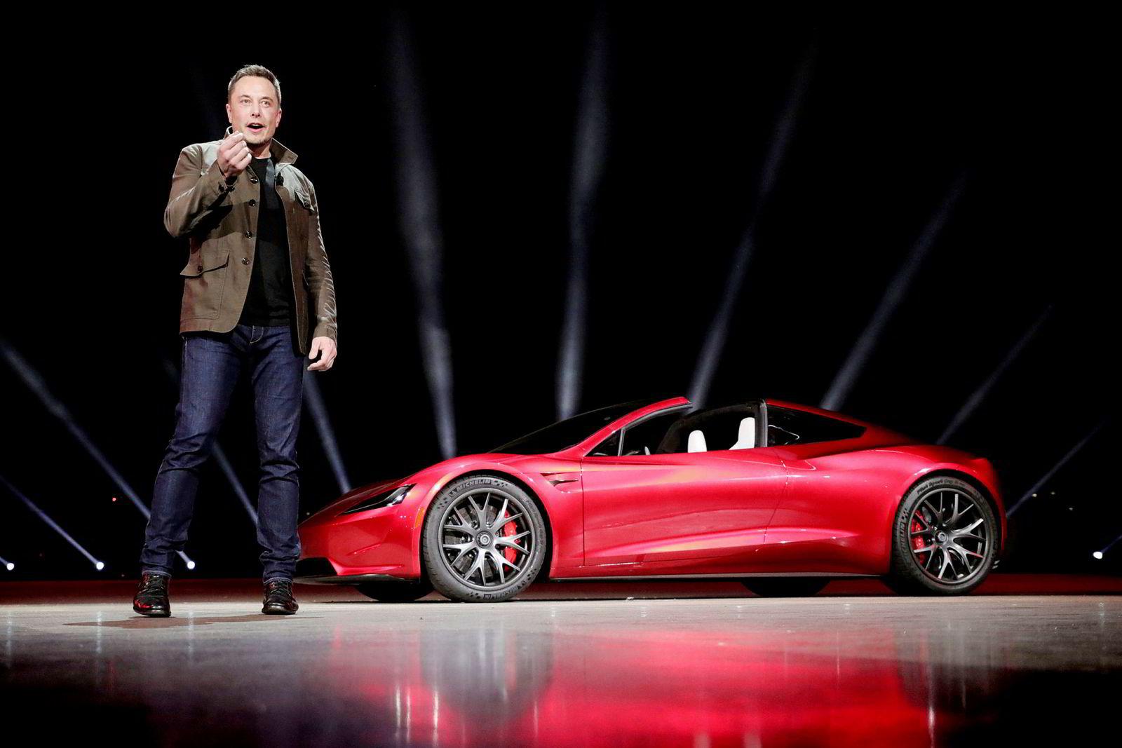 Tesla-sjef Elon Musk med Teslas «Roadster 2» i bakgrunnen.