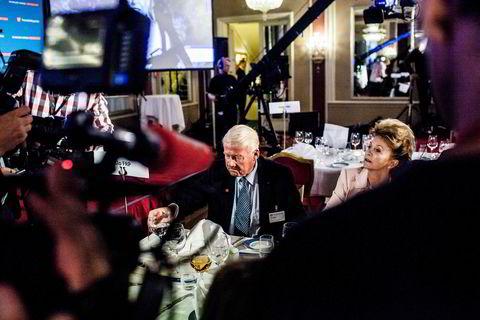 Carl I. Hagen og Eli Hagen setter seg til bords på frps valgvake på Grand Hotel i Oslo.