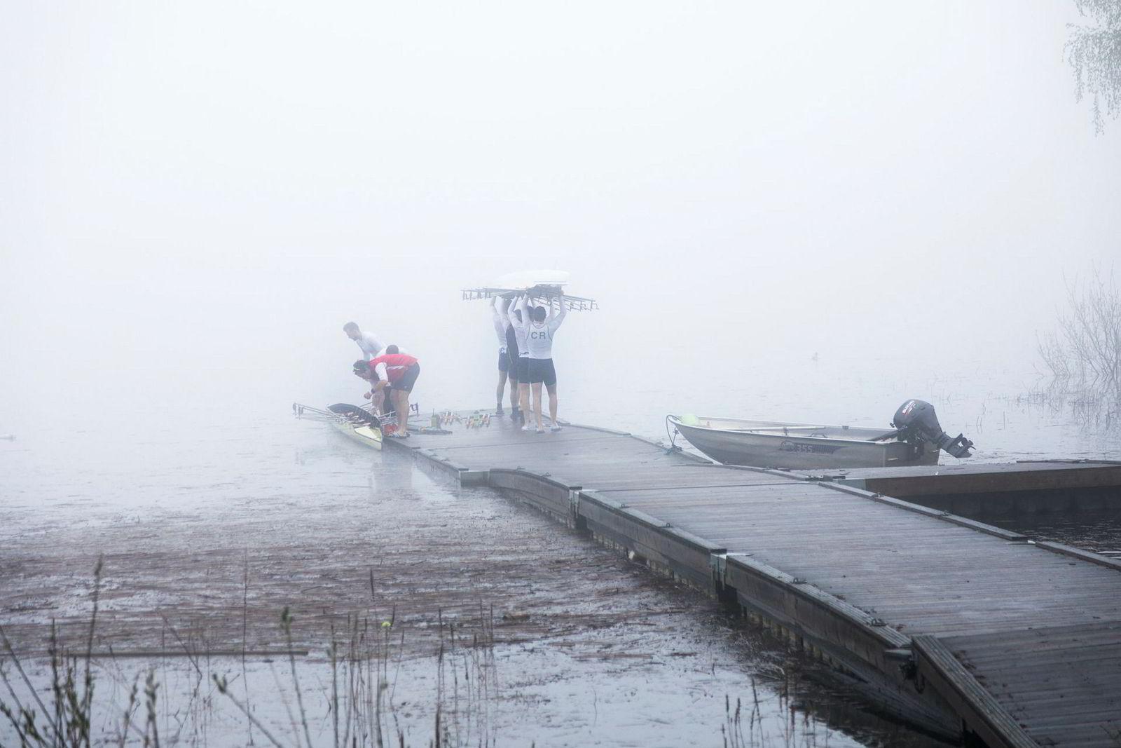 Båtene bæres ut av klubbhuset til Christiania Roklubb og settes på Bogstadvannet.