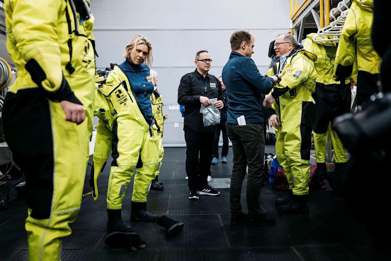 Olje- og energiminister Sylvi Listhaug og Equinor sjef Eldar Sætre tar av seg vernedraktene på Johan Sverdrup-feltet.