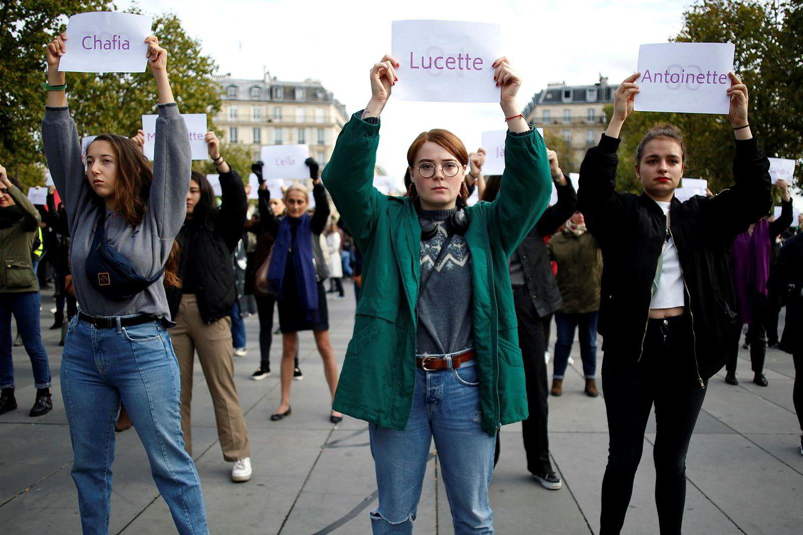 Kvinner i Paris protesterer.