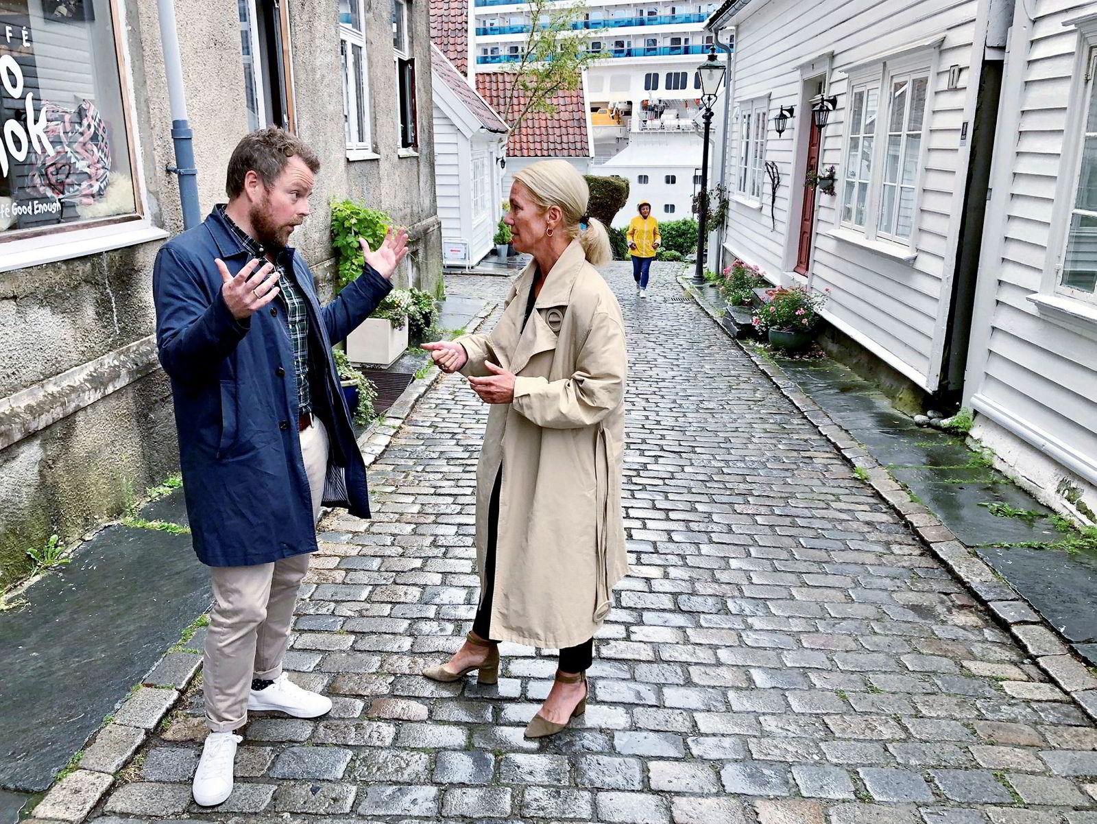 Næringsminister Torbjørn Røe Isaksen og Stavanger-ordfører Christine Sagen Helgø diskuterte utslippene fra cruiseskip sammenlignet med flybasert turisme.