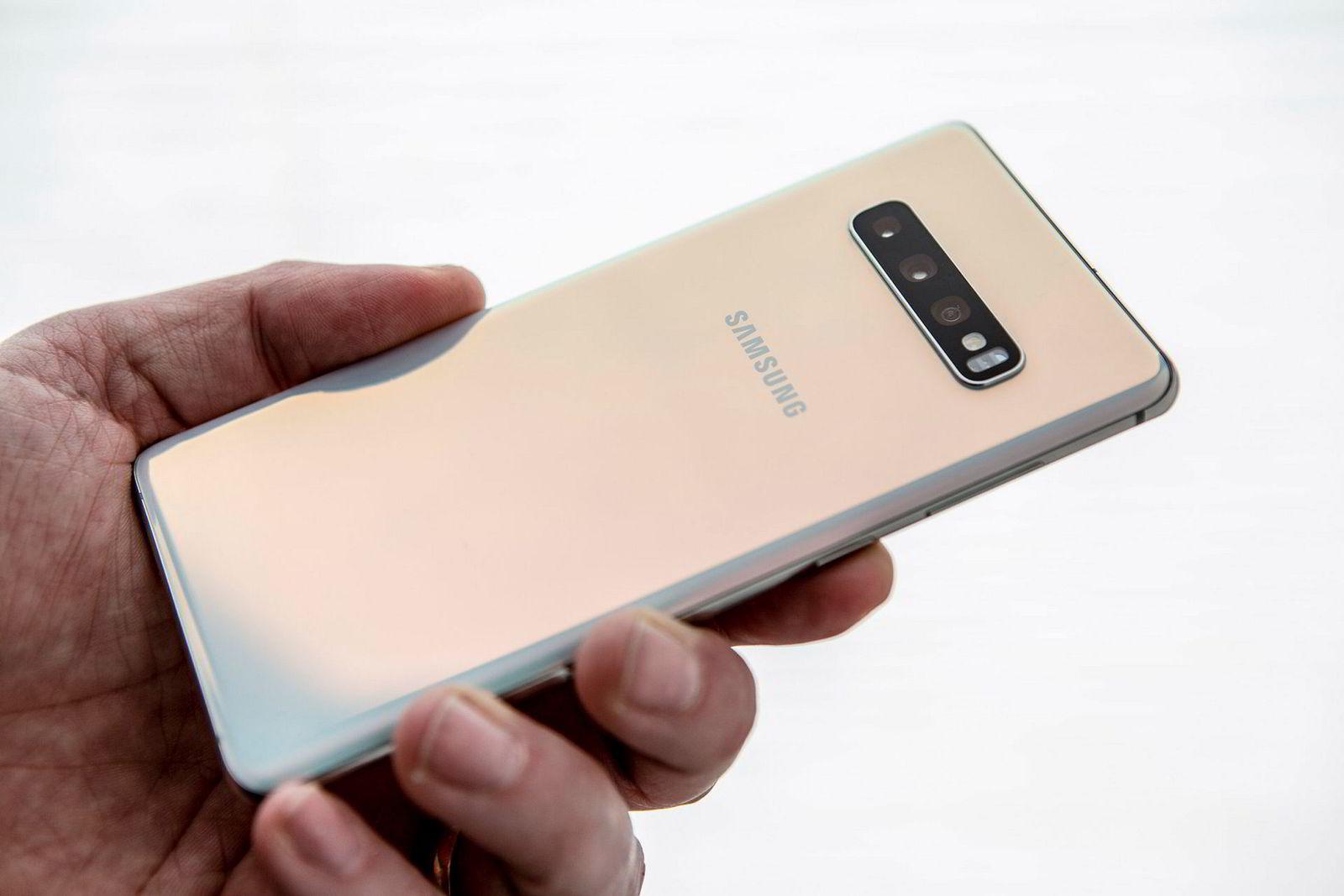 Samsung Galaxy S10 har en skimmereffekt på baksiden, uansett hvilken farge du velger.