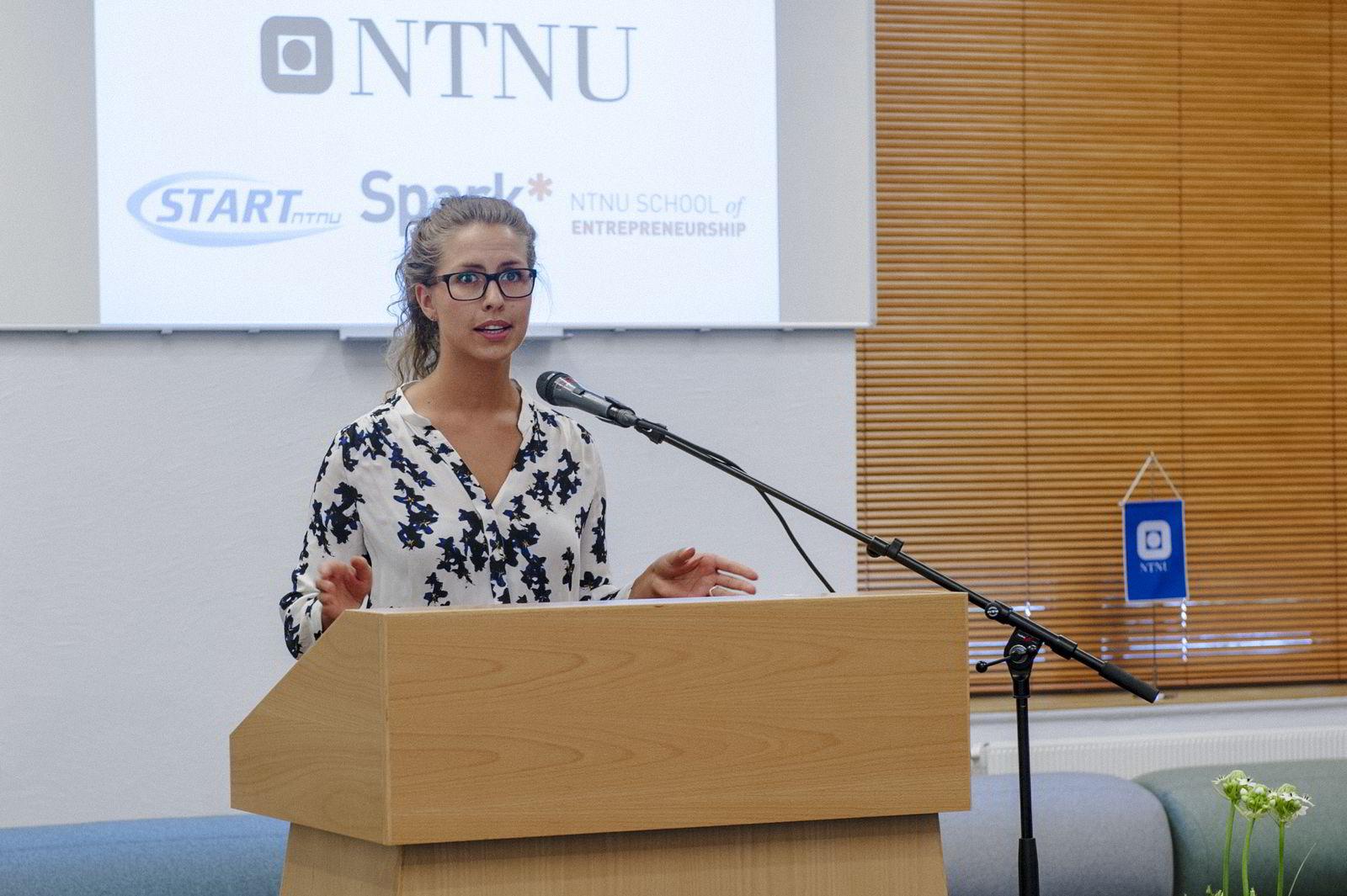 Masterstudent Nina Heir ved Entreprenørskolen på NTNU i Trondheim presenterer sin bedriftsidé.