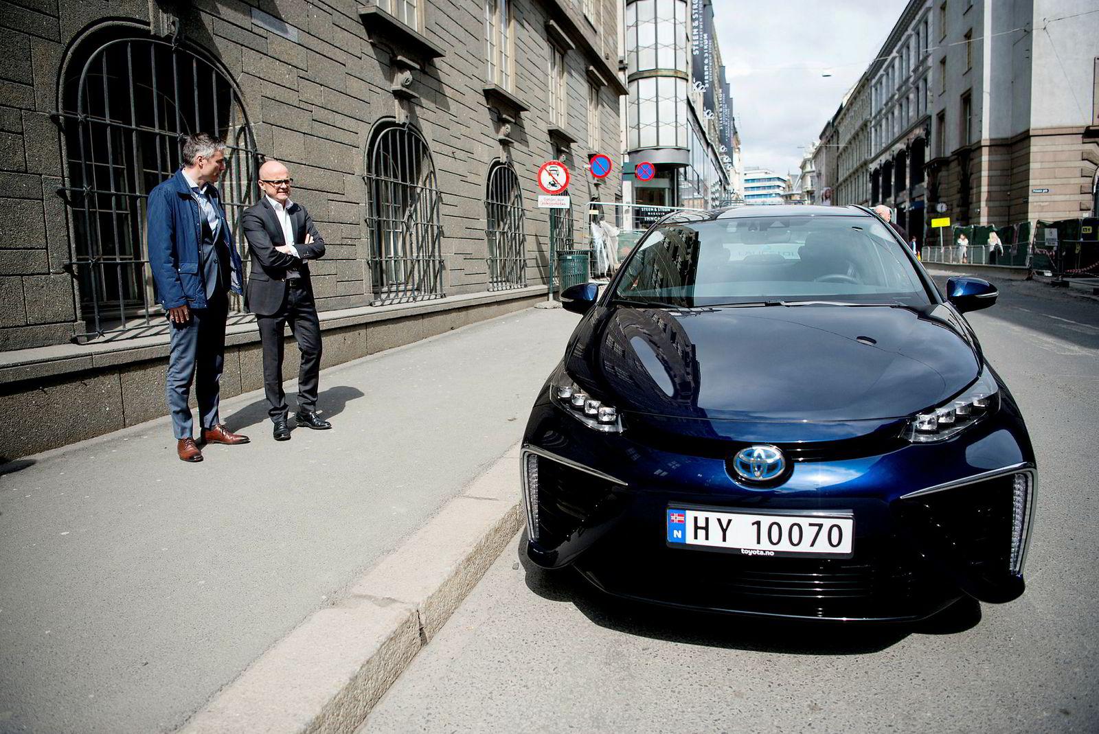 I 2016 lot informasjonssjef Espen Olsen (til venstre) i Toyota Norge klima- og miljøminister på den tiden, Vidar Helgesen, prøvekjøre hydrogenbilen Toyota Mirai.