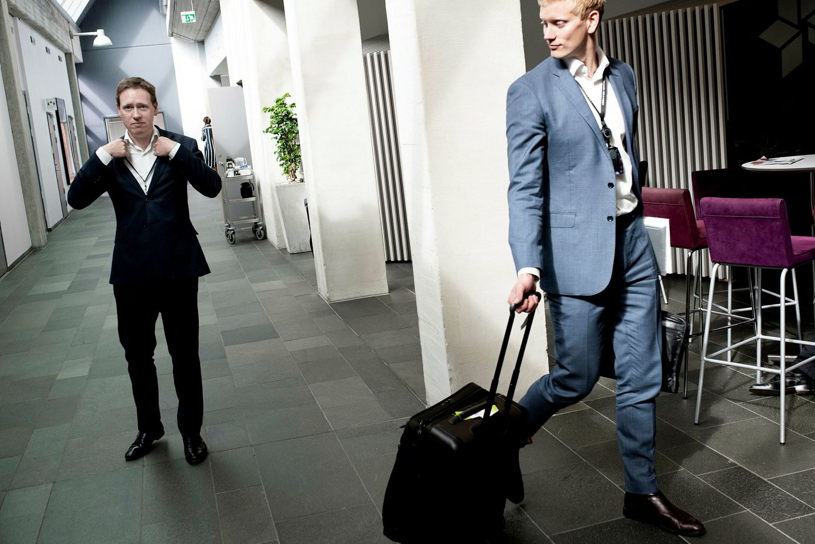 Al Cook, konserndirektør strategi og forretningsutvikling i Equinor på vei ut av selskapets kontor på Forus sammen med sin assistent Emil Gjeset, til høyre. Foto: Tommy Ellingsen