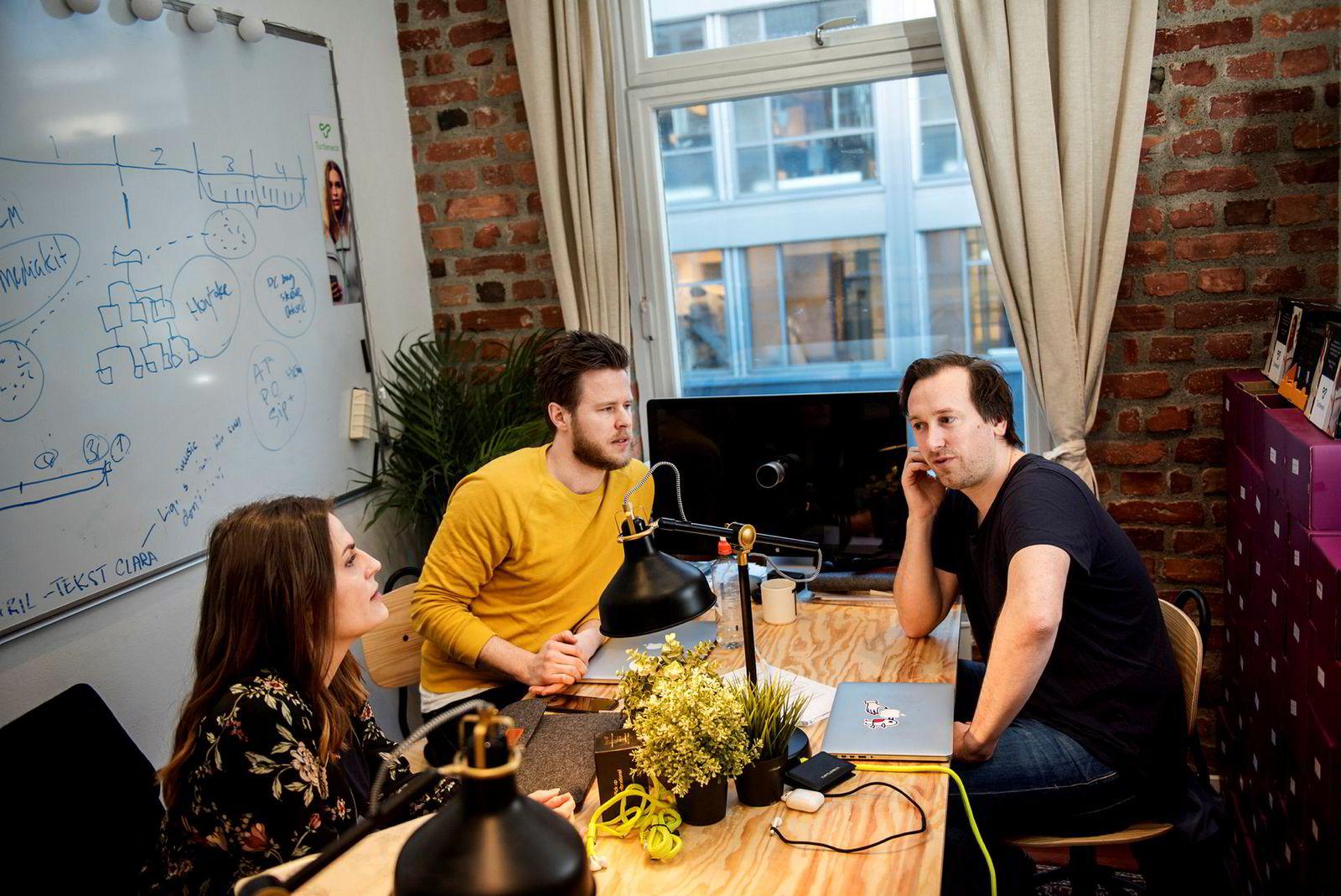 Clara Beate Malm (til venstre), Karstein Lien og Tore Helland i Turtleneck. Helland og Lien er to av dem som var med å starte selskapet. Bildet er fra 2017.