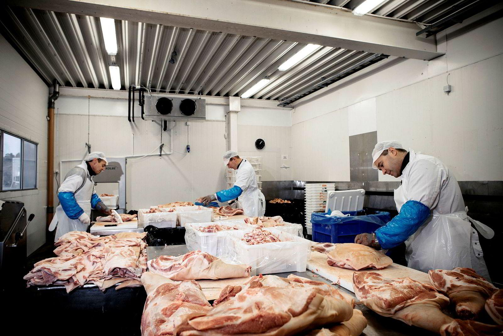 Kjøttskjærerne hos Sørlandskjøtt har mer enn nok å gjøre med Rema som den største kunden.