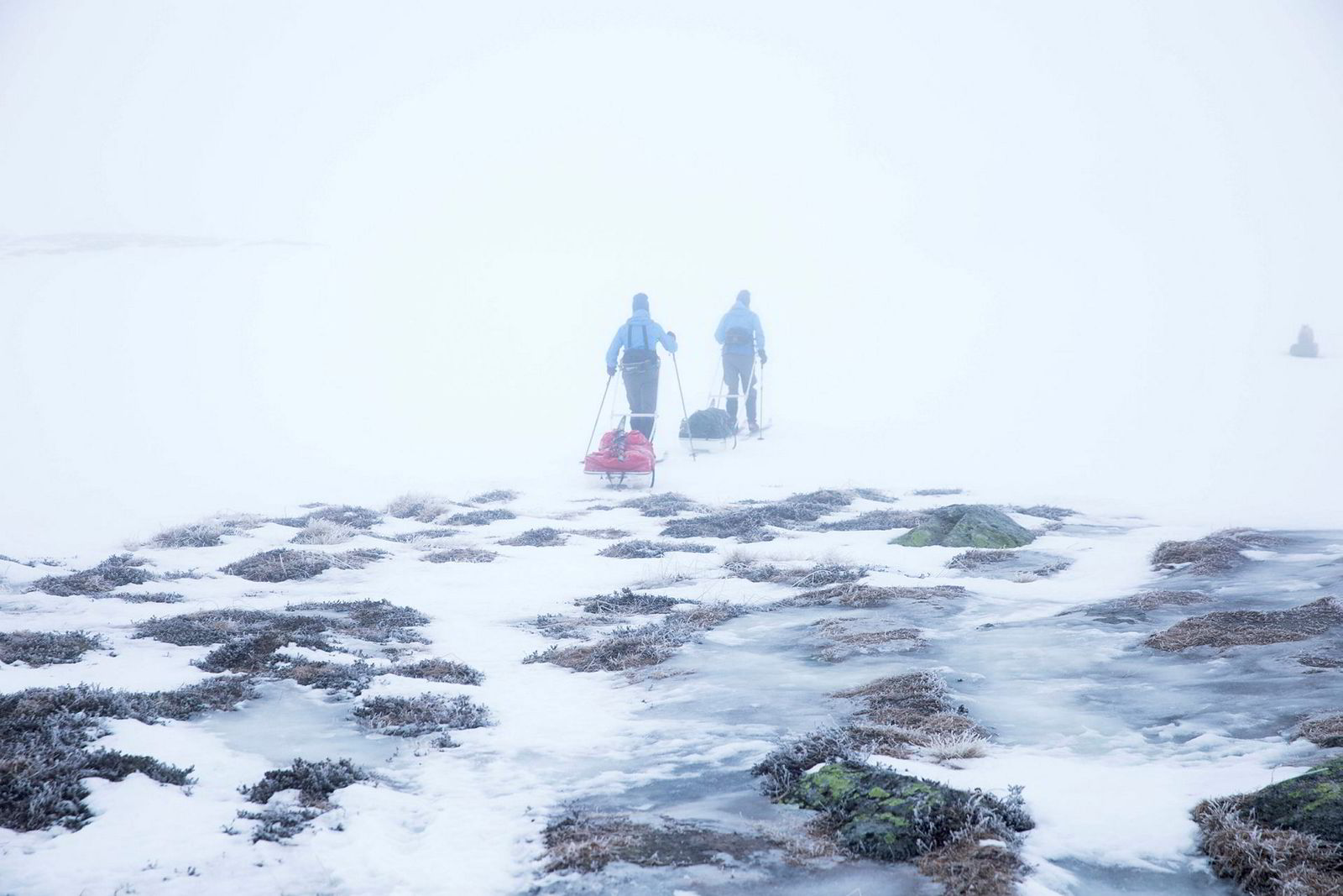 Det er uvanlig lite snø der de to venninnene beveger seg innover vidda rundt 1200 meter over havet i retning Hellevassbu.