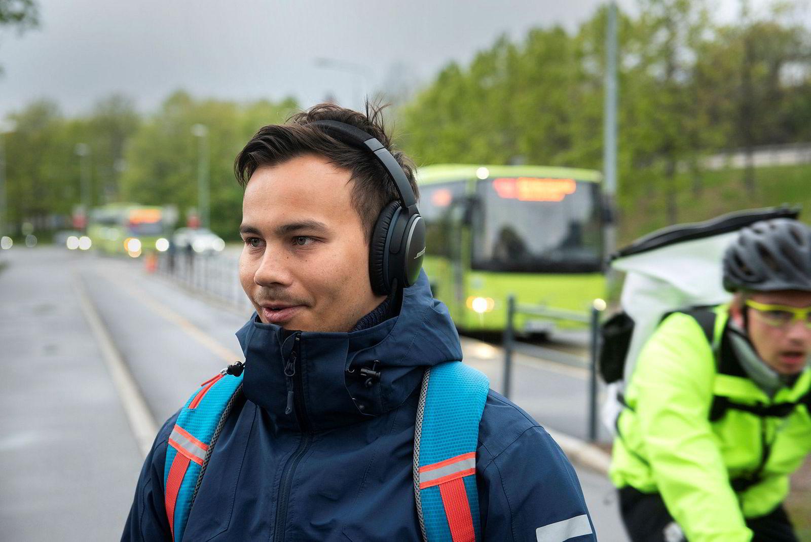 – Jeg tar bussen fra Asker til jobben på Bygdøy. Den er best, toget er stappfullt og folk står som sild i tønne. Derfor er det helt greit med at mer av pengene går til kollektivtilbudet, sier busspassasjer Joakim Nilsen (25).