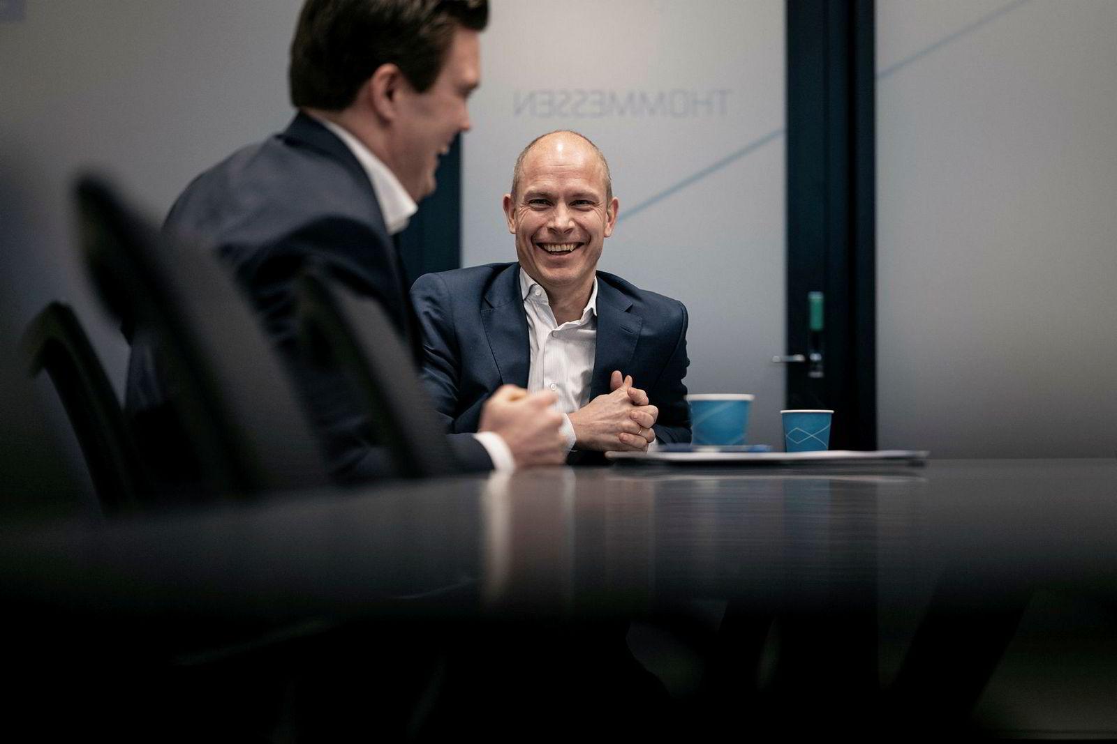 – Vi tror denne regionen blir sentrum for fornybarsektoren, sier Sverre Tyrhaug (til høyre). Her sammen med kollega Christian Hals i selskapets kontorer i Jåttåvågen.