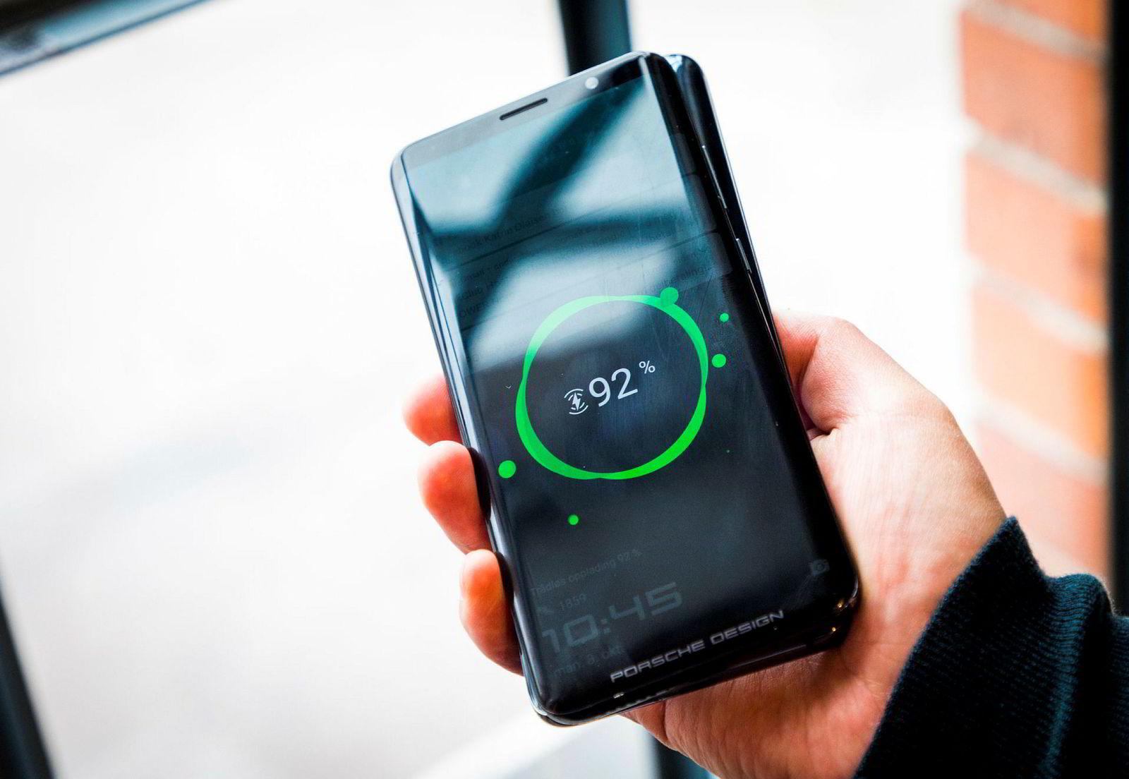 Vennelading – Mate 20 Pro kan lade en annen telefon ved å legge dem rygg mot rygg.