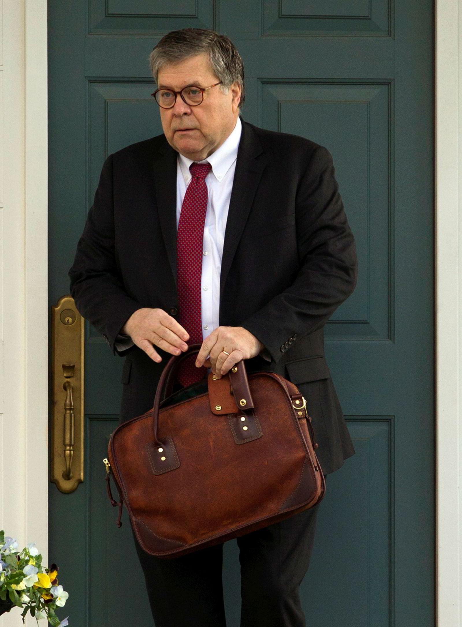 Justisminister William Barr på vei til kontoret fredag morgen. Nå blir det intensiv jobbing hele helgen.