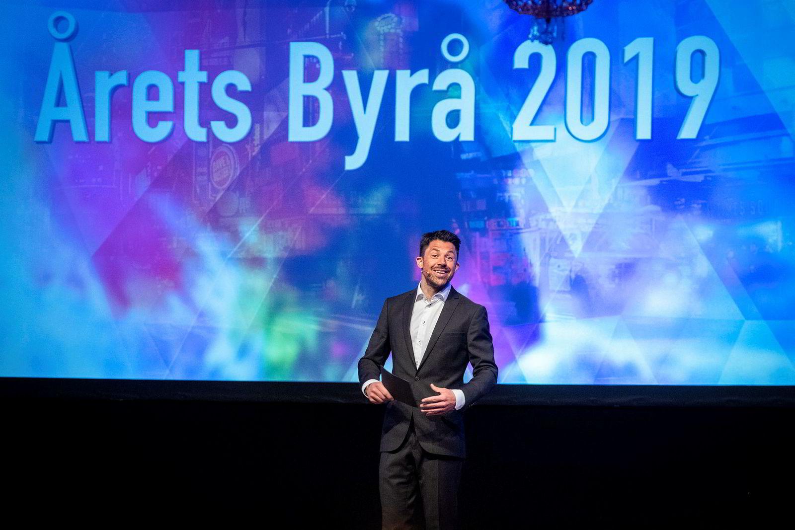 Komiker Nils-Ingar Aadne sto for underholdningen under Årets byrå 2019.