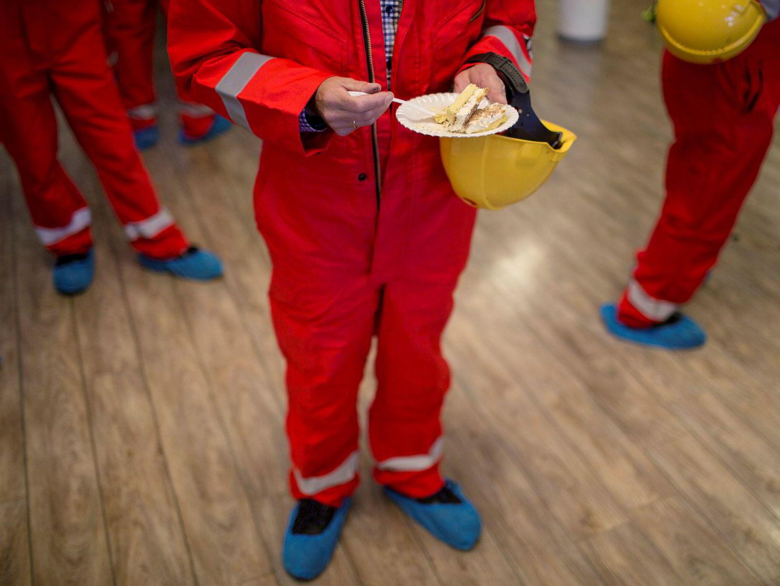 Stord, 31. mars 2016: LOs Terje Olav Olsson spiser kake under markeringen av byggestarten for boligplattformen til Johan Sverdrup på Kværner Stord.