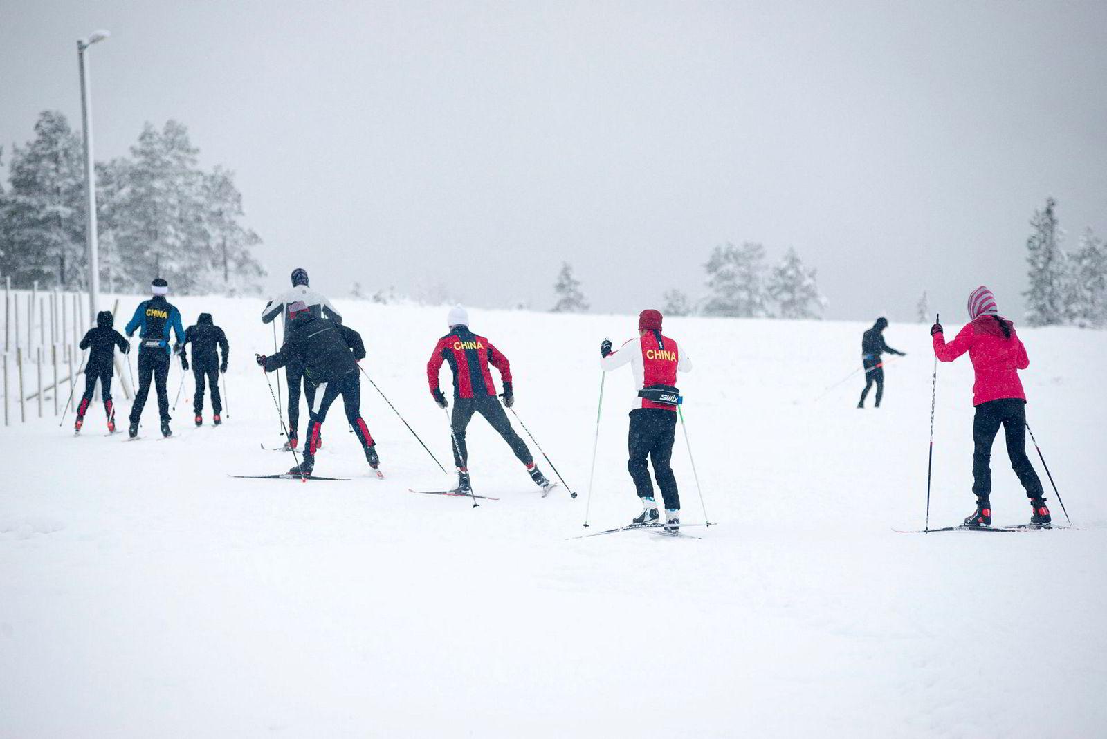 De kinesiske utøverne skøyter i sløyfe på Grova skistadion i Meråker. I halvannen time driver de rundt i en remse.
