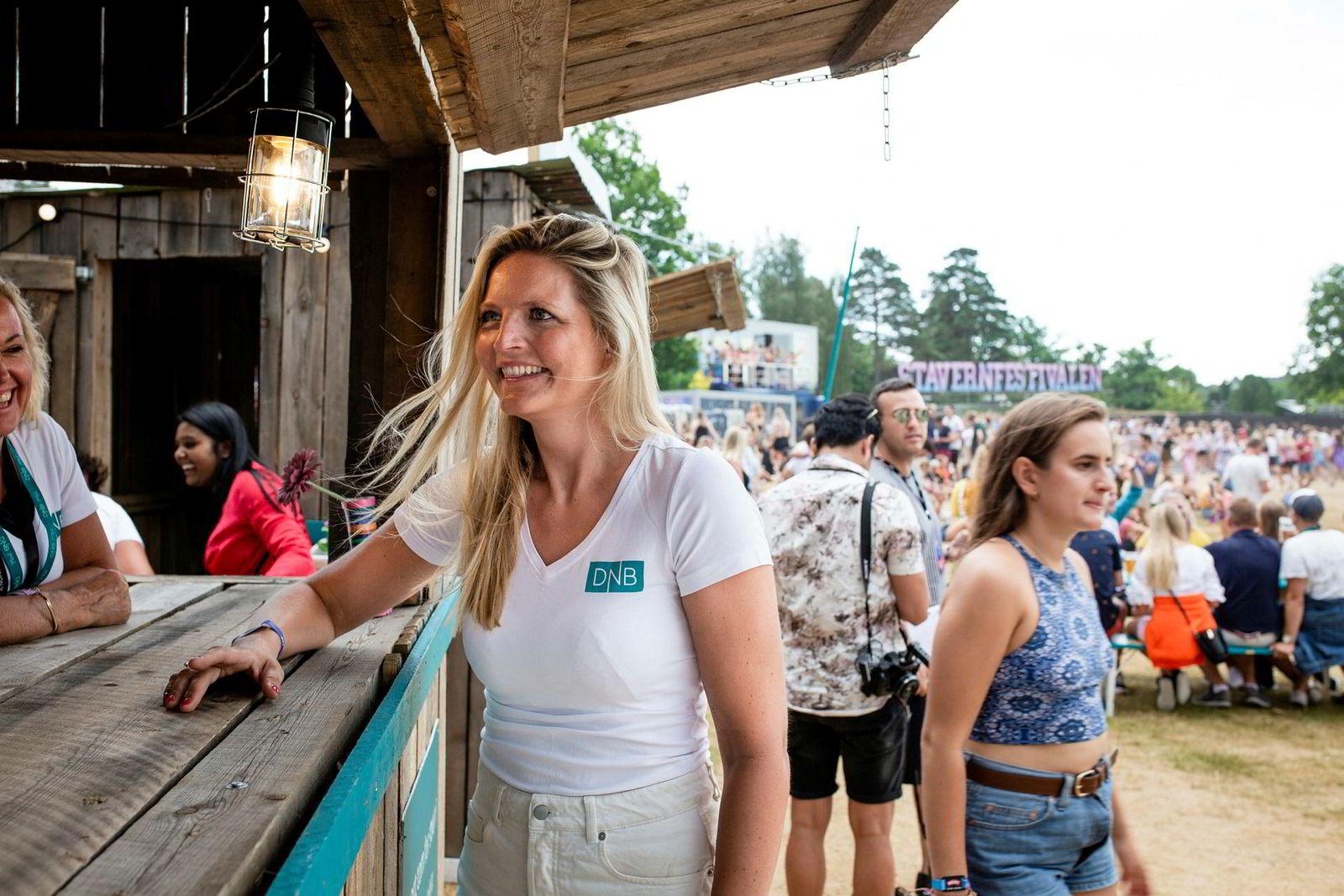 DNB er blant sponsorene til Stavernfestivalen, og er på området for å møte unge potensielle kunder, her ved sponsorsjef Tina Wesselsen.