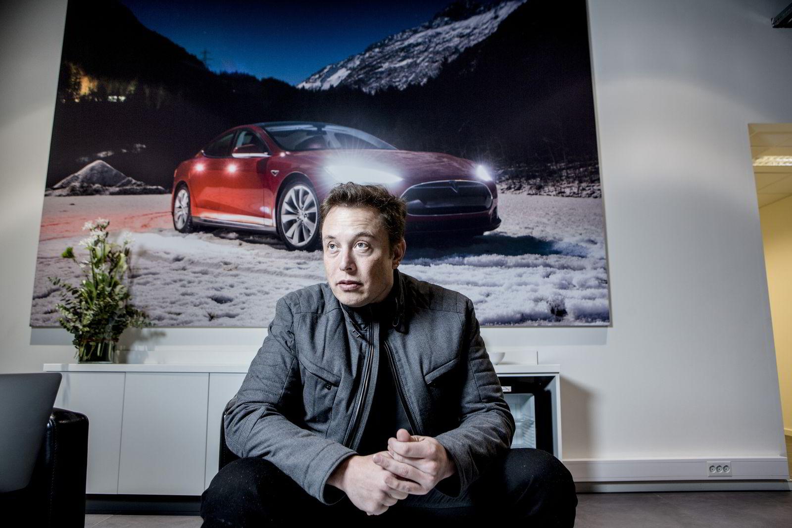 Tesla-sjef Elon Musk på snarvisitt i Norge i 2014 for å møte norske Tesla-eiere. Her er han fotografert på Skøyen, der Tesla Norge har sine lokaler. Foto: Fredrik Bjerknes