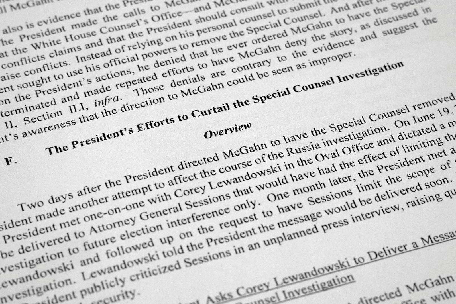 Spesialetterforsker Robert Muellers rapport er gitt ut med enkelte deler av rapporten sladdet. Siden viser til presidentens forsøk på å få kontroll over etterforskningen.