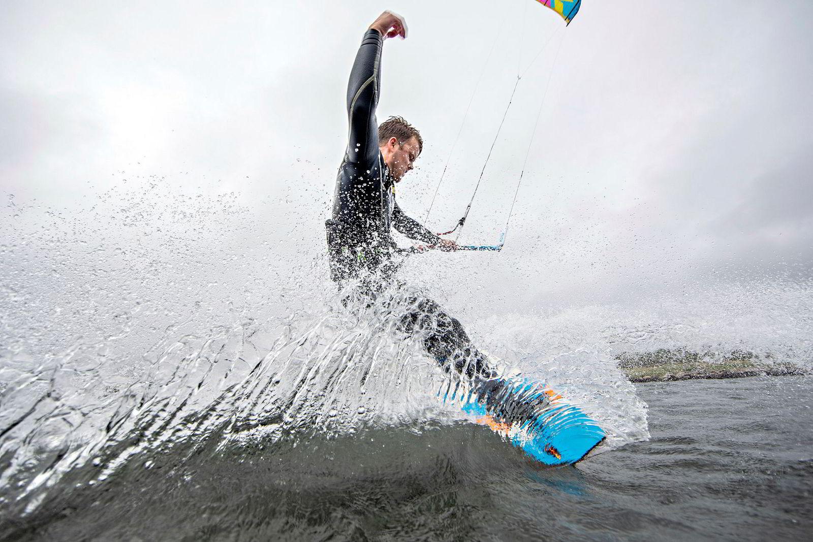 Preben Rakfjord startet med kiting for fem år siden. Nå er han også instruktør og lærer andre hvordan de skal håndtere naturkreftene.