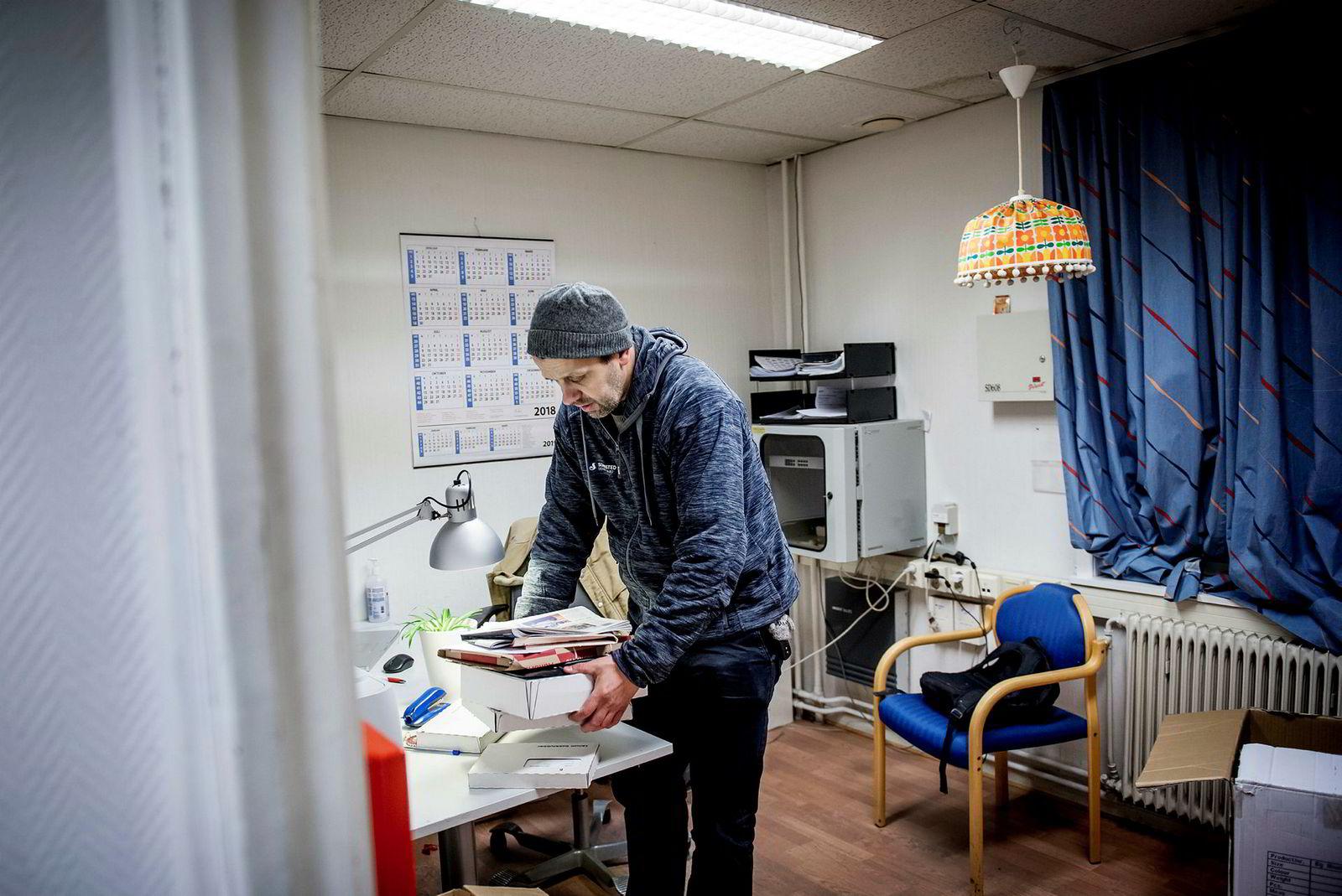 Rune Johansen jobber for budtjenesten Helthjem og har ansvaret for levering av brød, aviser og pakker på Røa, Holmenkollen og Ullern i Oslo. Et par pakker må sjekkes opp på kontoret før arbeidsdagen er over.