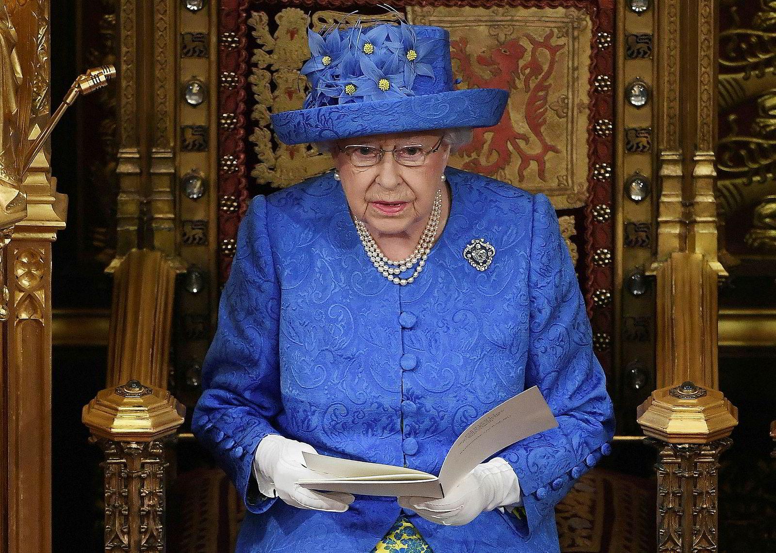 21. juni 2017: Onsdag åpnet dronning Elizabeth parlamentet. Hun forsikret befolkningen om at regjeringen vil sikre en best mulig brexit-avtale. Flere britiske medier kommenterte hattevalget. Forsøkte dronningen å sende et signal ved å ta på seg en hatt som til forveksling lignet EU-flagget?