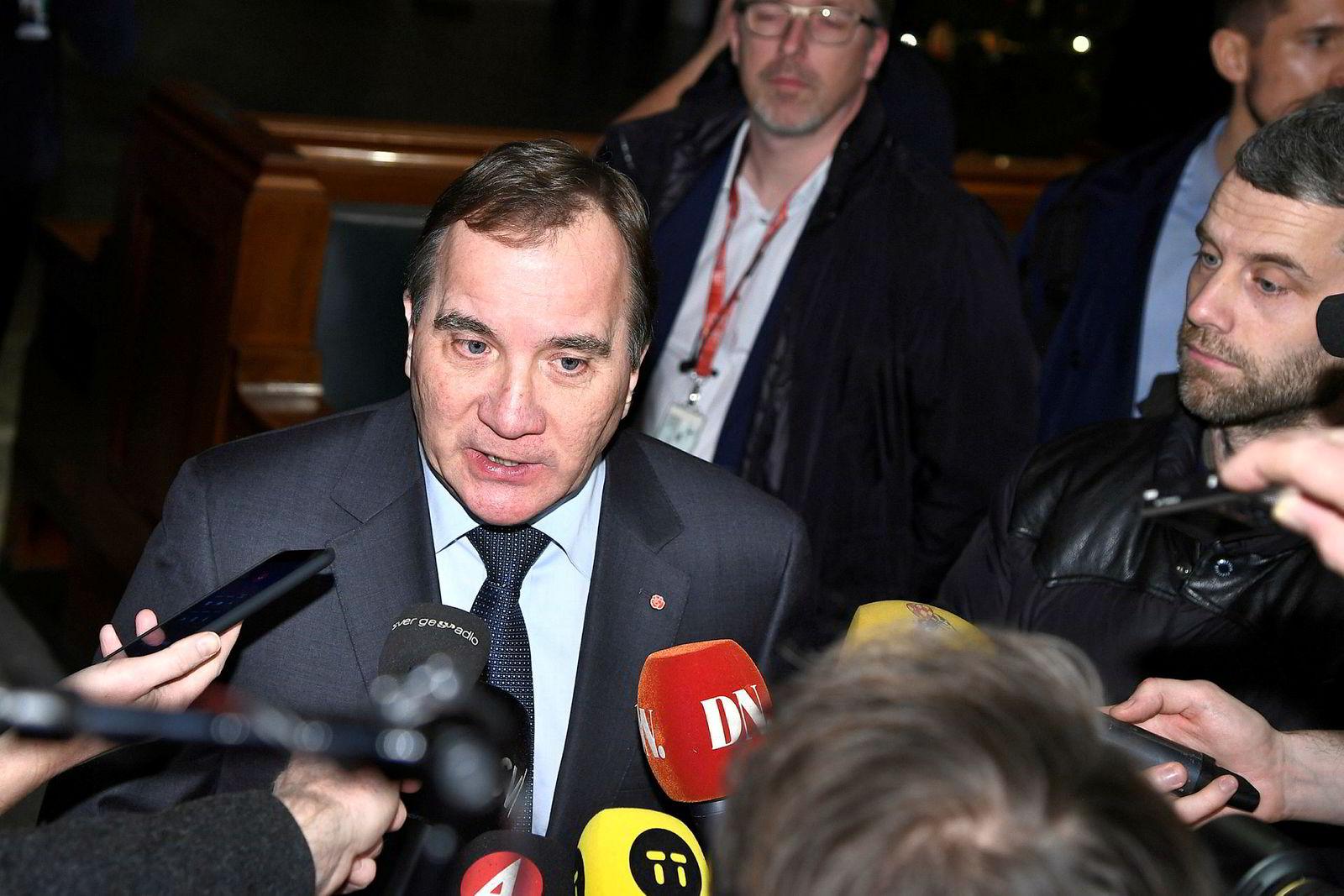 Stefan Löfven blir sittende som statsminister i Sverige etter at Centerpartiet og Liberalerna skiftet side.