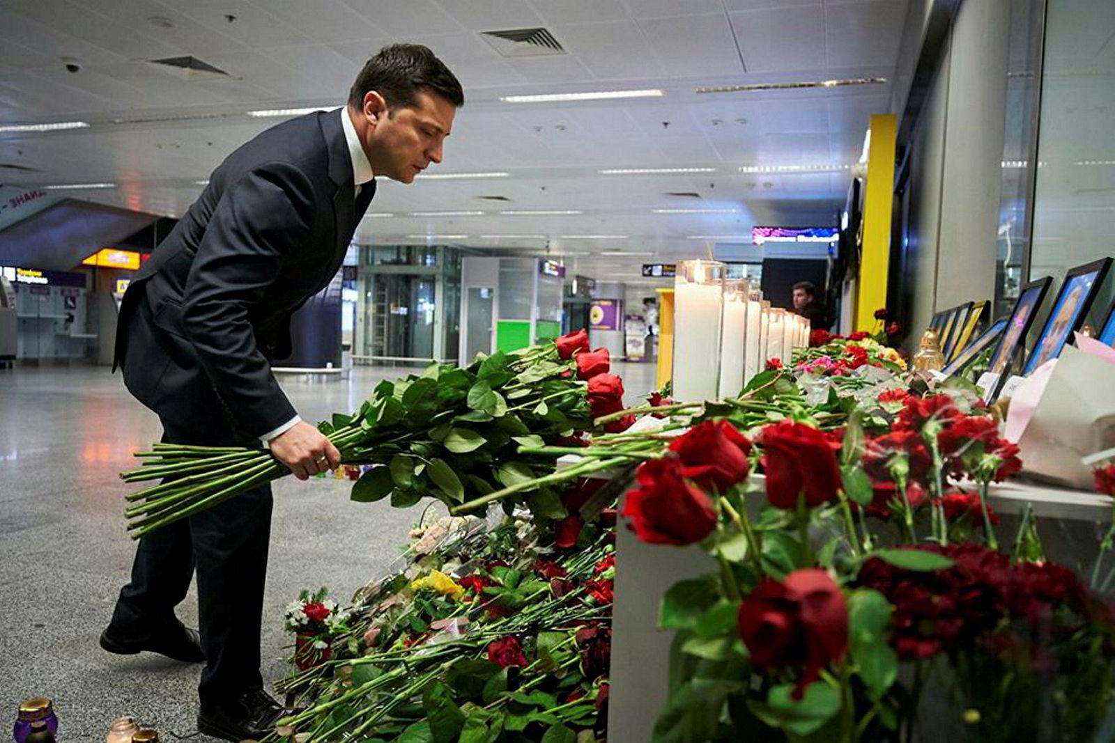 Ukrainas president Volodymyr Zelenskyj minnes de omkomne.