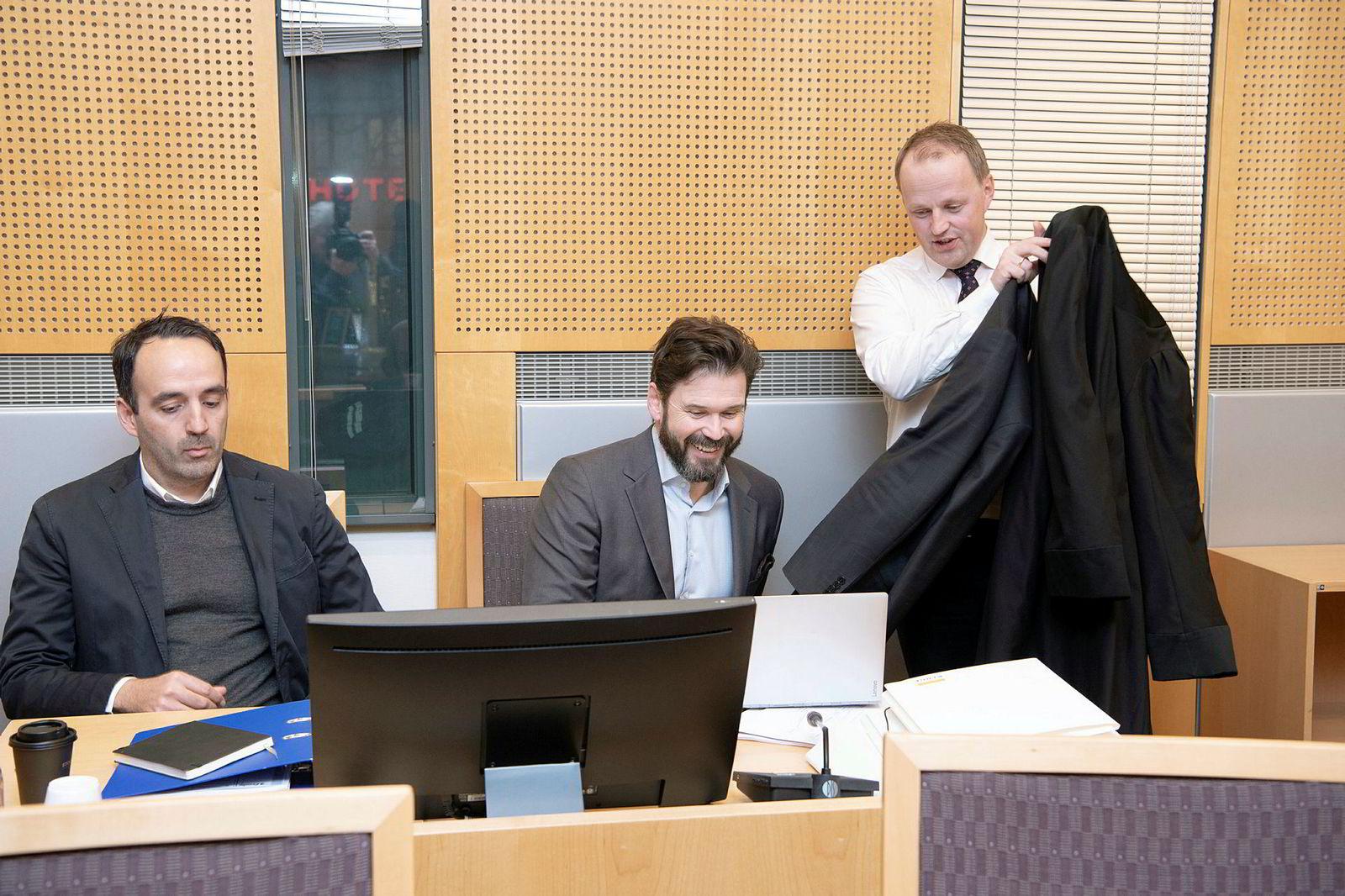 – Det har vært en lang og meget plagsom reise, sier Fredrik Sneve (til venstre). Her sammen med Karl Heine Ulvebne (i midten) og deres advokat Hans Ingvald Stensholt.