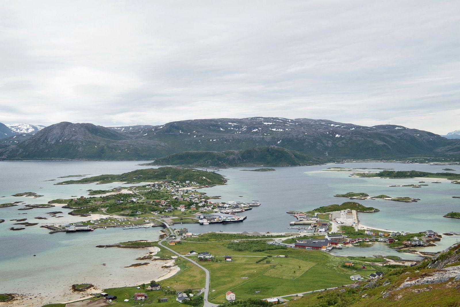 Sommarøy i forgrunnen fotografert fra Hillesøytoppen. Vindmøllene kommer på fjellene i bakgrunnen.
