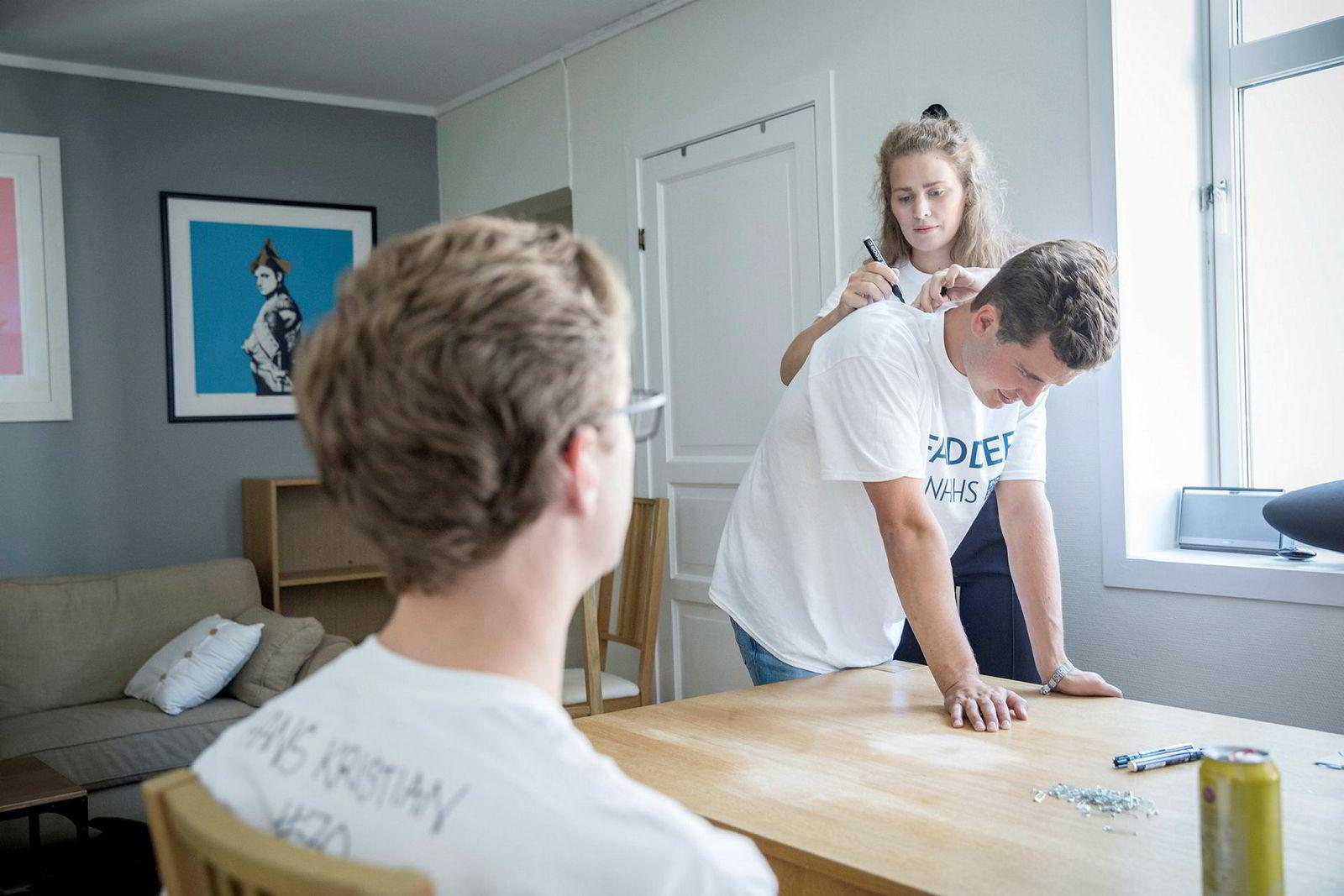 Ingrid Døssland skriver navnet til Mats Erik Wøien på ryggen hans, mens de venter på at fadderbarna skal dukke opp på fadder-vorspiel i leiligheten hans. På kvelden er det dåp for de nye, som må drikke en shot med hemmelige ingredienser. Fadderne forsikrer om at den er ganske svak.