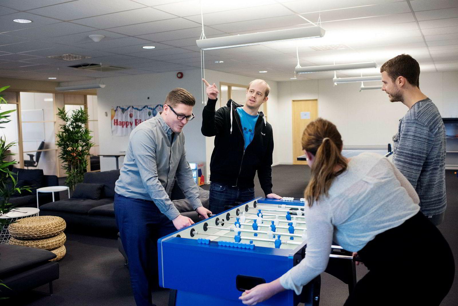 Boost ai: Fra venstre: Henry V. Iversen (CPO), og brødrene Lars Selsås (CEO) og Hadle Selsås (CCO). Bakfra: Camilla Gjetvik. Foto: Marie von Krogh