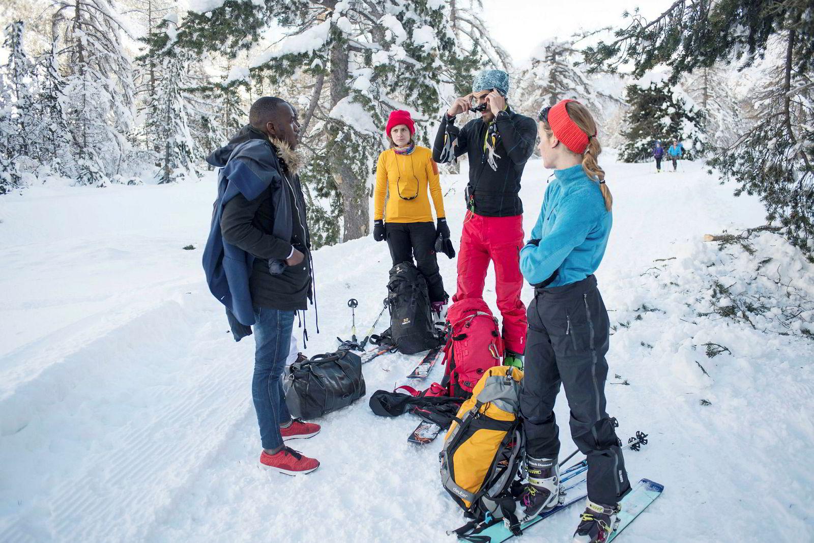 Franske turister tilbyr mat og drikke til en innvandrer som forsøker å komme seg over til Frankrike via alpebyen Bardonecchia nord i Italia. Bildet er tatt i januar.
