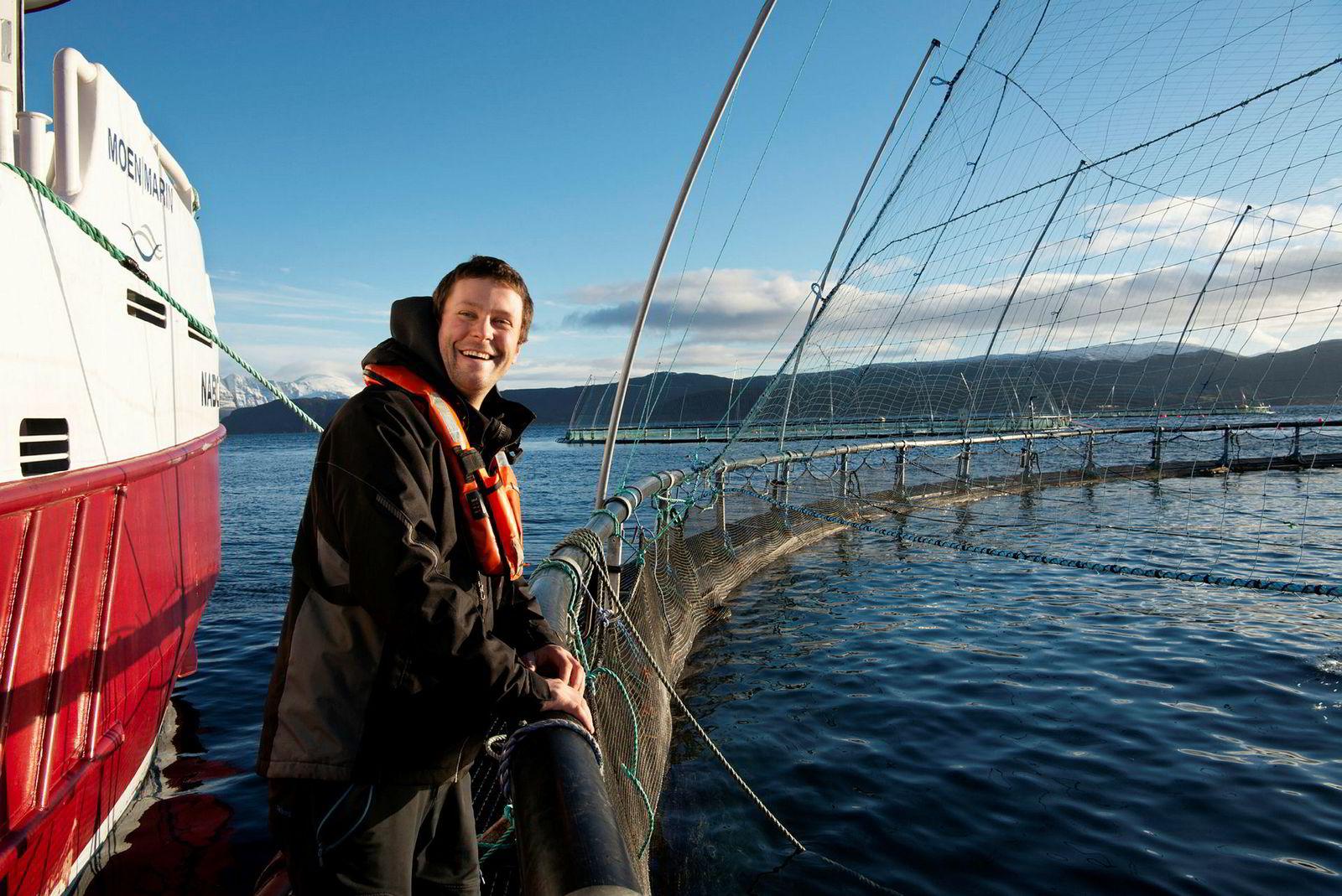Daglig leder Daniel Jensen i servicerederiet NCS står på en oppdrettsmerd i Gisundet på innsiden av øya Senja i Troms. Selskapet hans tidoblet omsetningen på å levere tjenester til havbruksnæringen.