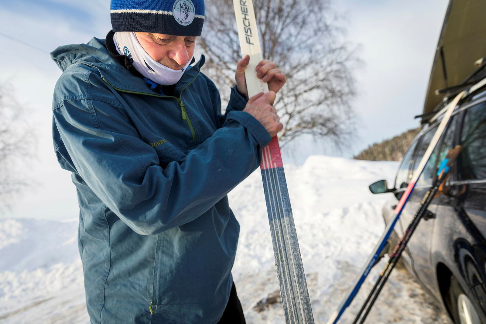 Jenssen smører de brede skiene med blått. Det er silkeføre som får det til å svinge av skogsløypene.