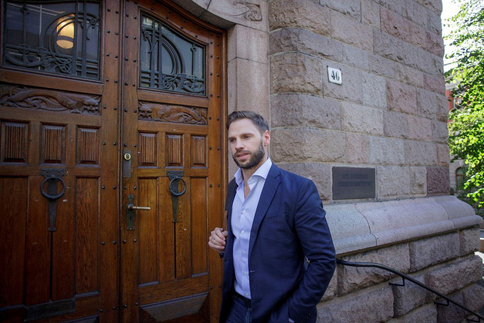 Næringspolitisk sjef Ole Michael Bjørndal i NHO Reiseliv troppet torsdag opp hos Finansdepartementet for å klage over nye regler for innberetning av tips.