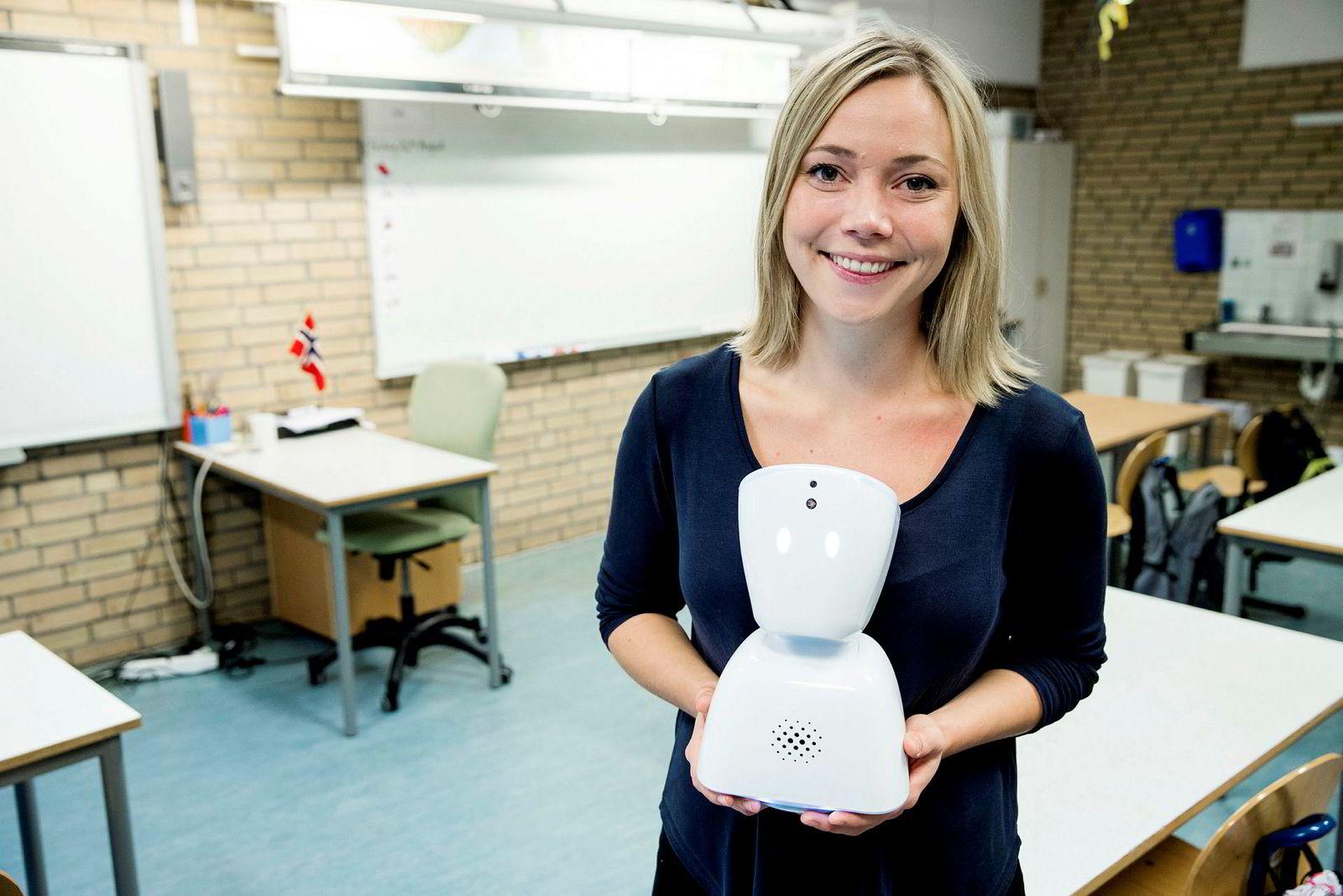 Daglig leder Karen Dolva i selskapet No Isolation med roboten AV1.