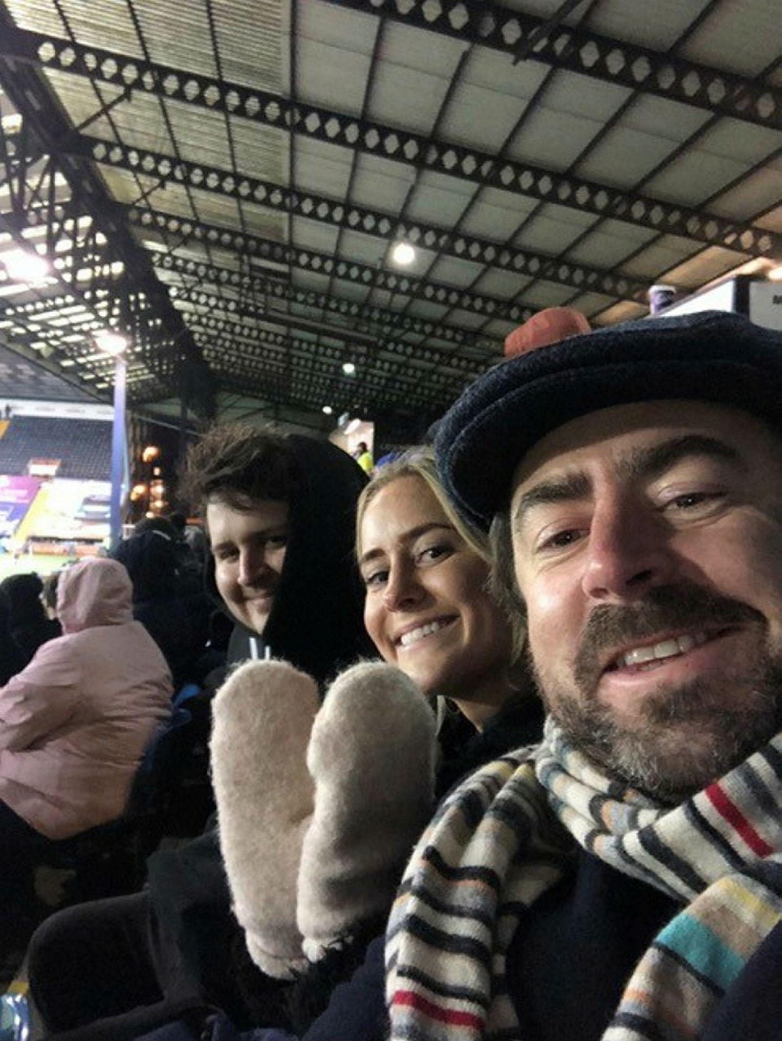 David Kenny (til høyre), sjef for TicketCos britiske virksomhet, på tribunen i Kilmarnock sammen med forretningsutvikler Kristianna Moberg og Ben Sprank.