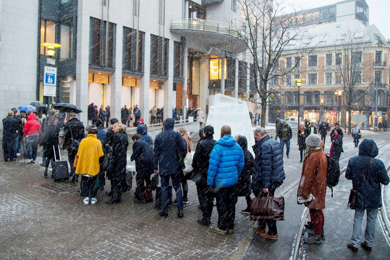 Flere miljøorganisasjoner reist sak mot lovligheten av den 23. leterunden på norsk sokkel, og anket tingrettens dom videre til høyesterett. Køene utenfor Oslo tingrett var lange før den historiske rettsaken om Greenpeace.