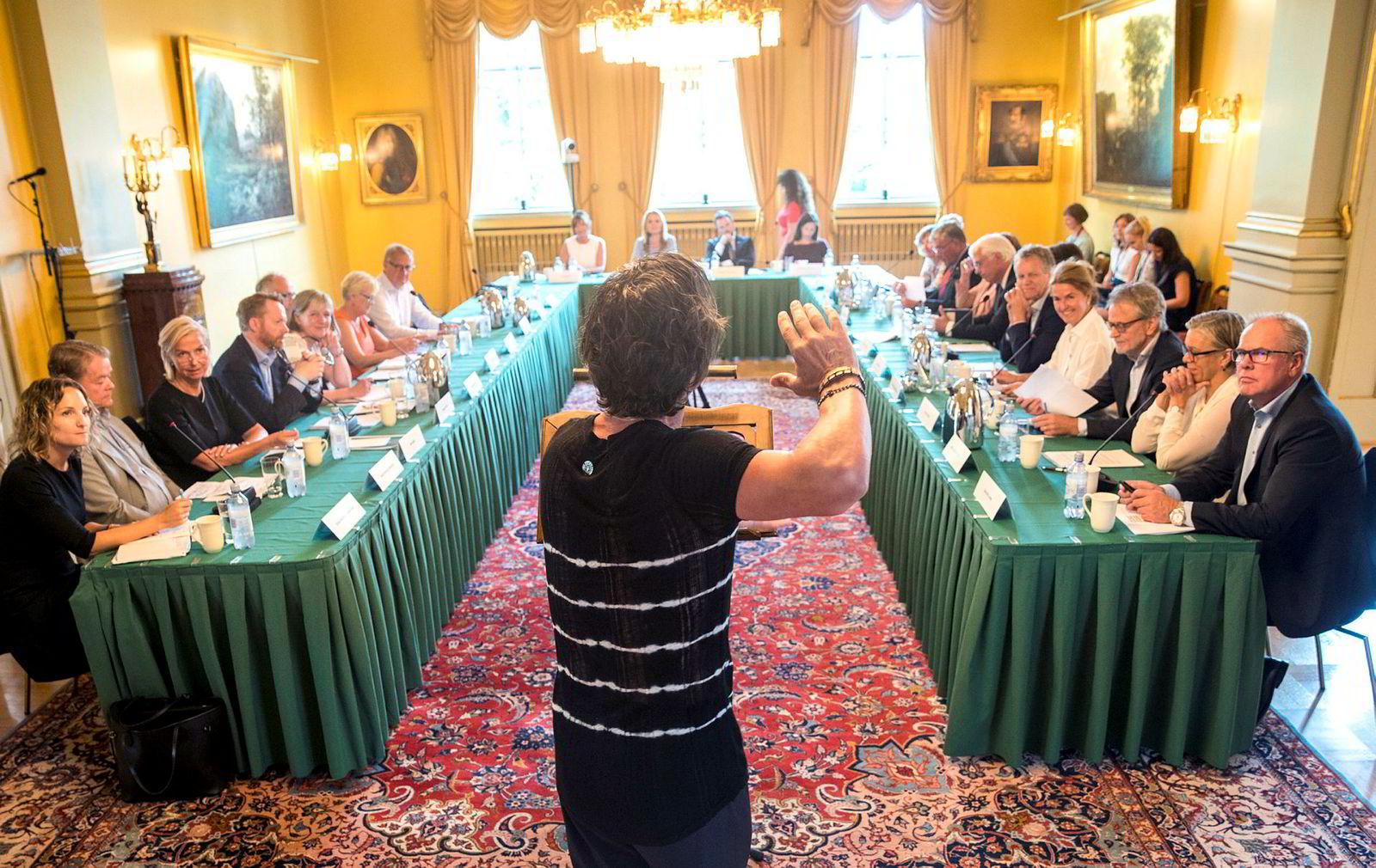 Choice-eier Petter Stordalen holdt et engasjert innlegg for andre næringslivsledere og ministrene onsdag.
