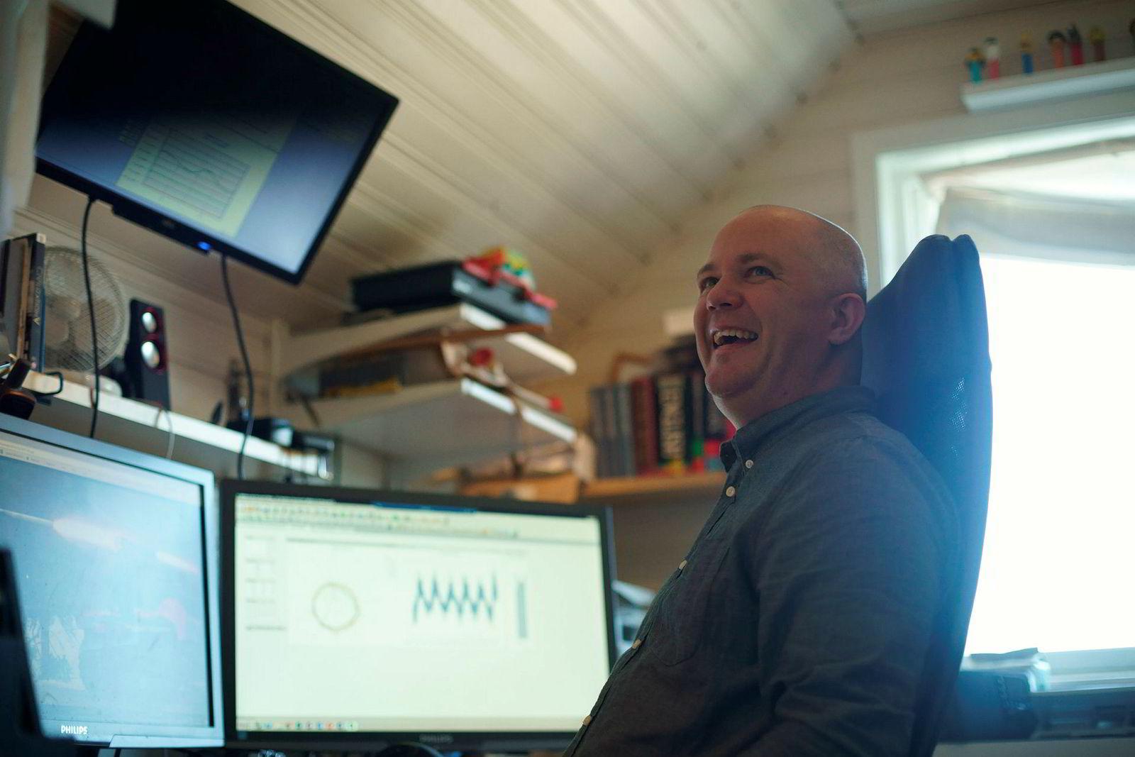 – Huff, her ser det ikke ut, sier Hans Erik Raustein fra «kontrollrommet» hjemme i rekkehuset på Ålgård. Herfra kan ingeniøren styre komponentene i sitt eget smarthus.