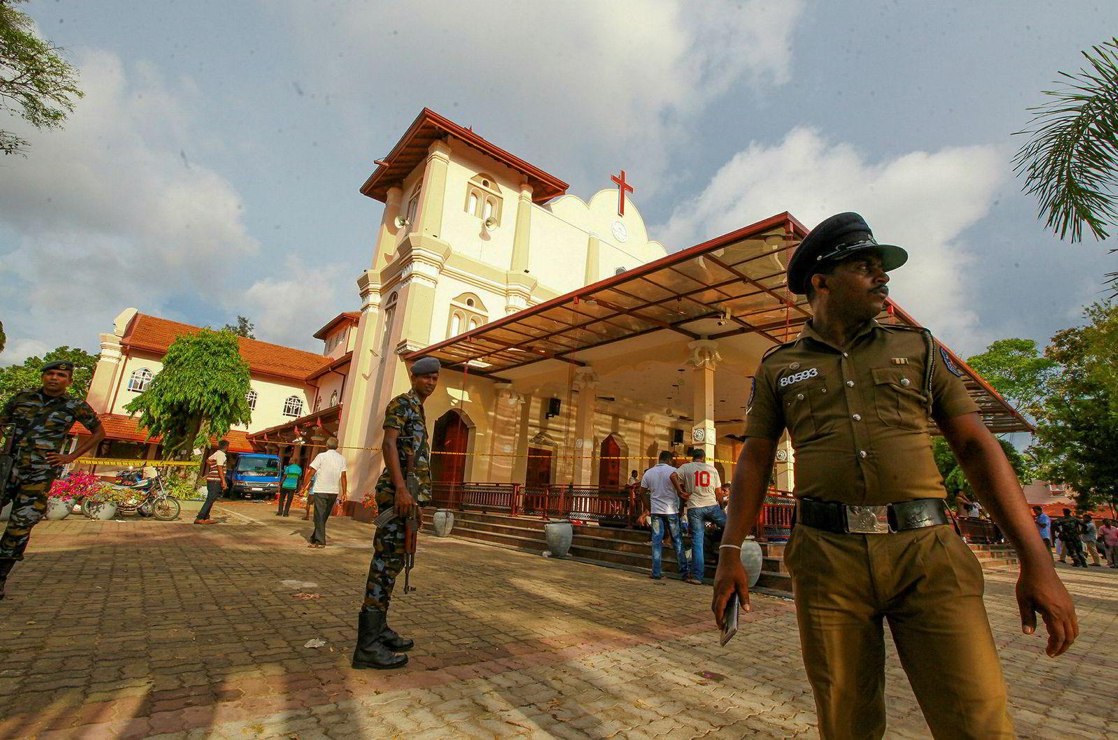 Soldater sikrer en kirke i Negombo nord for hovedstaden, der en av søndagens eksplosjoner fant sted.
