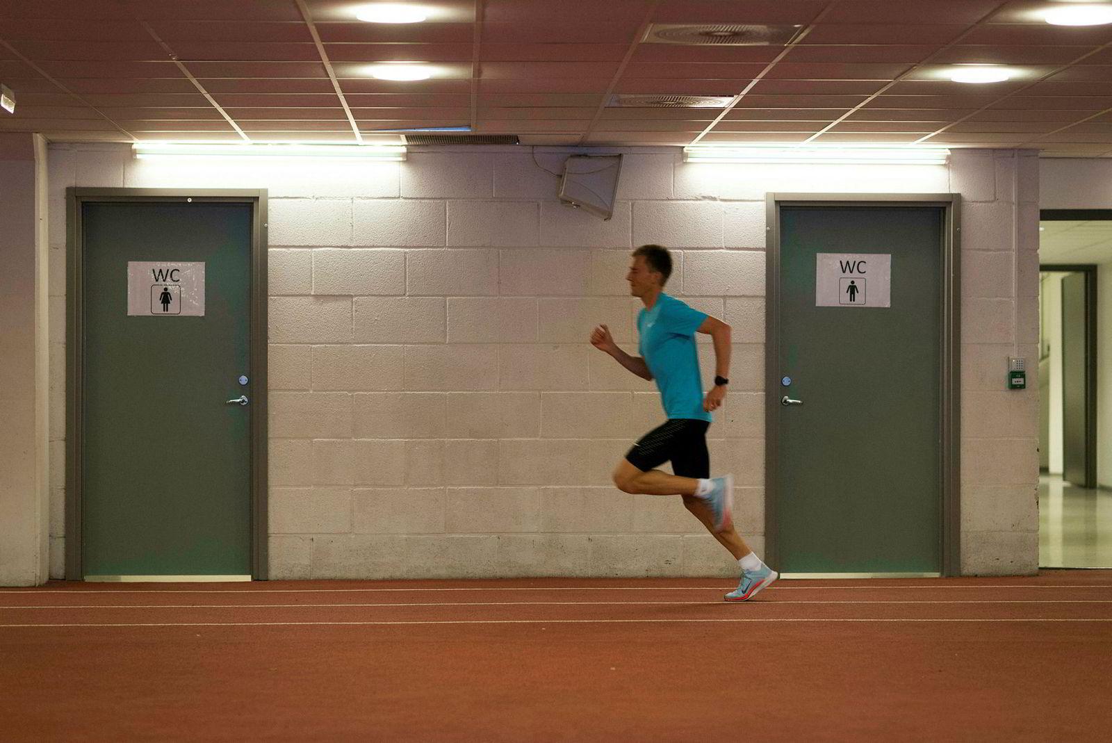Sondre Nordstad Moen under treningsøkt på innendørsbanen under Bislett Stadion. Under Bislett Games kommende sommer skal han forsøke å slå Are Nakkims norske rekord på 10 000 meter (27:32.52).