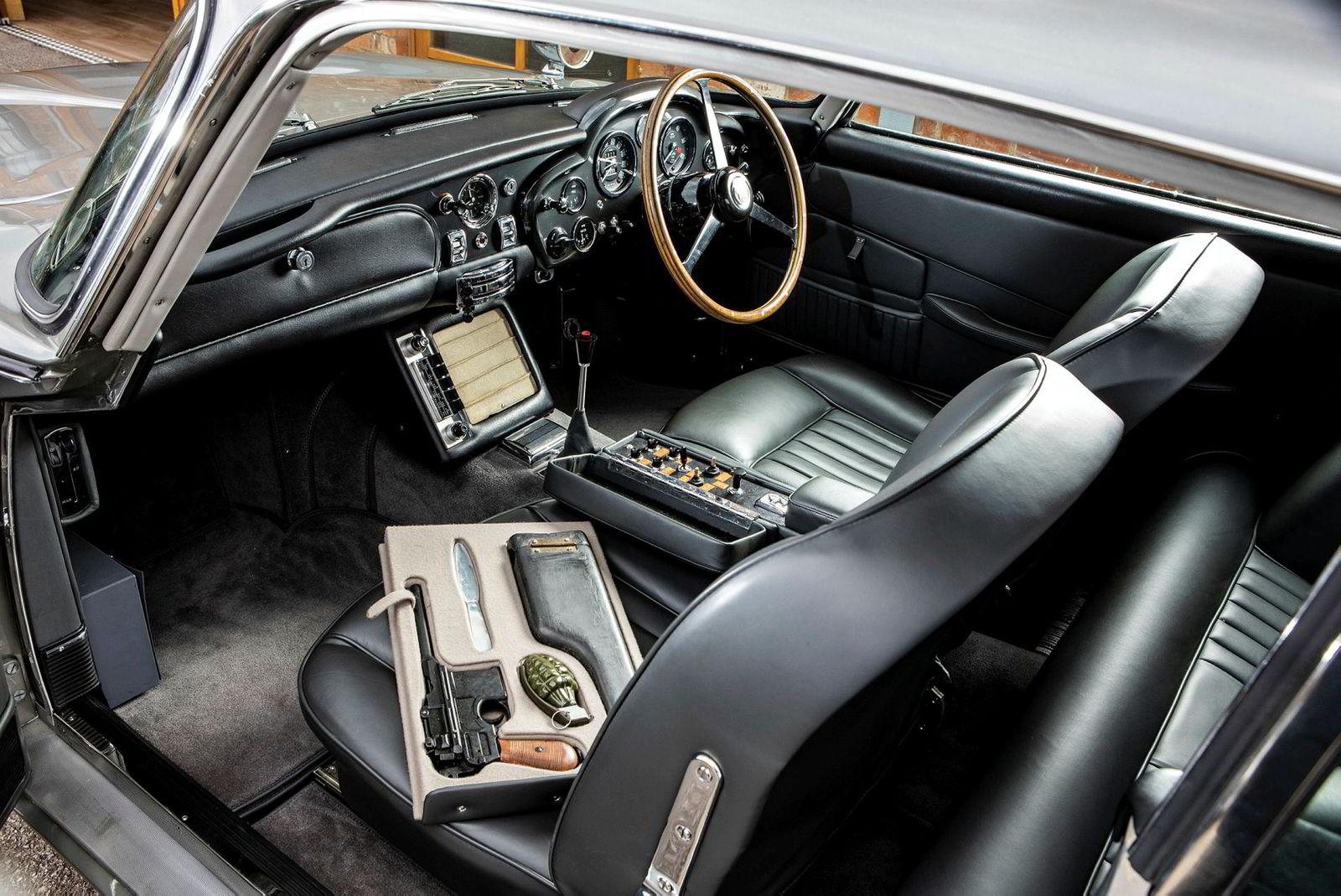 Spesialfunksjonene fra bilen i «Goldfinger» er selvsagt også bygget inn i denne bilen.