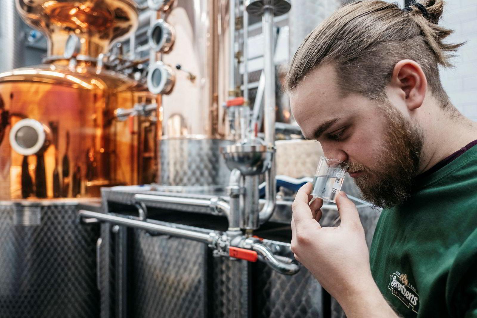 Fred Berentsen er femte generasjon i Berentsens Brygghus. Nå lukter han på egenprodusert whisky for første gang.
