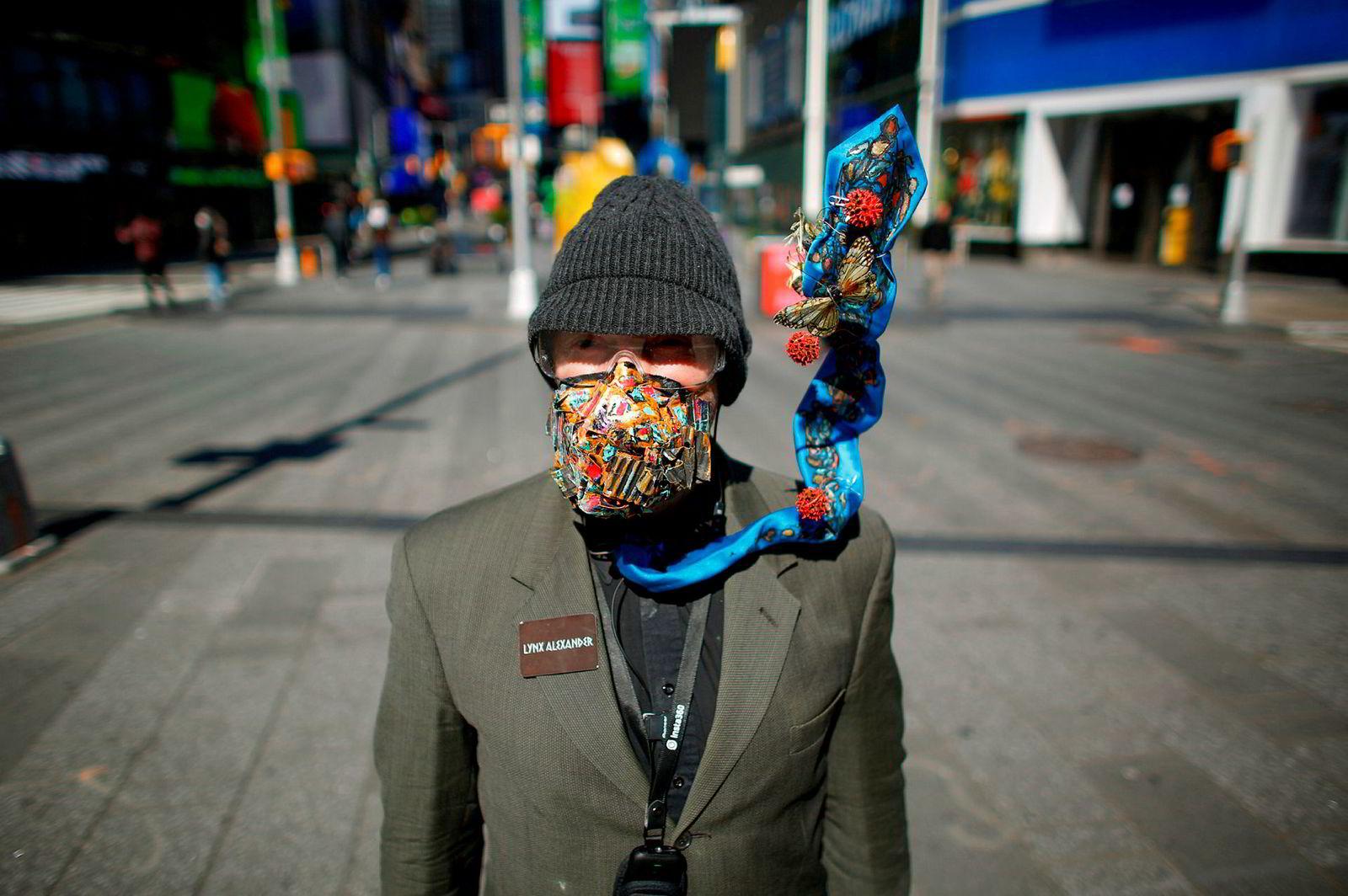 Artisten Line Alexander opptrer på Times Square i New York City iført en maske. Antallet dødsfall som følge av koronaviruset har steget over hele USA og Europa.